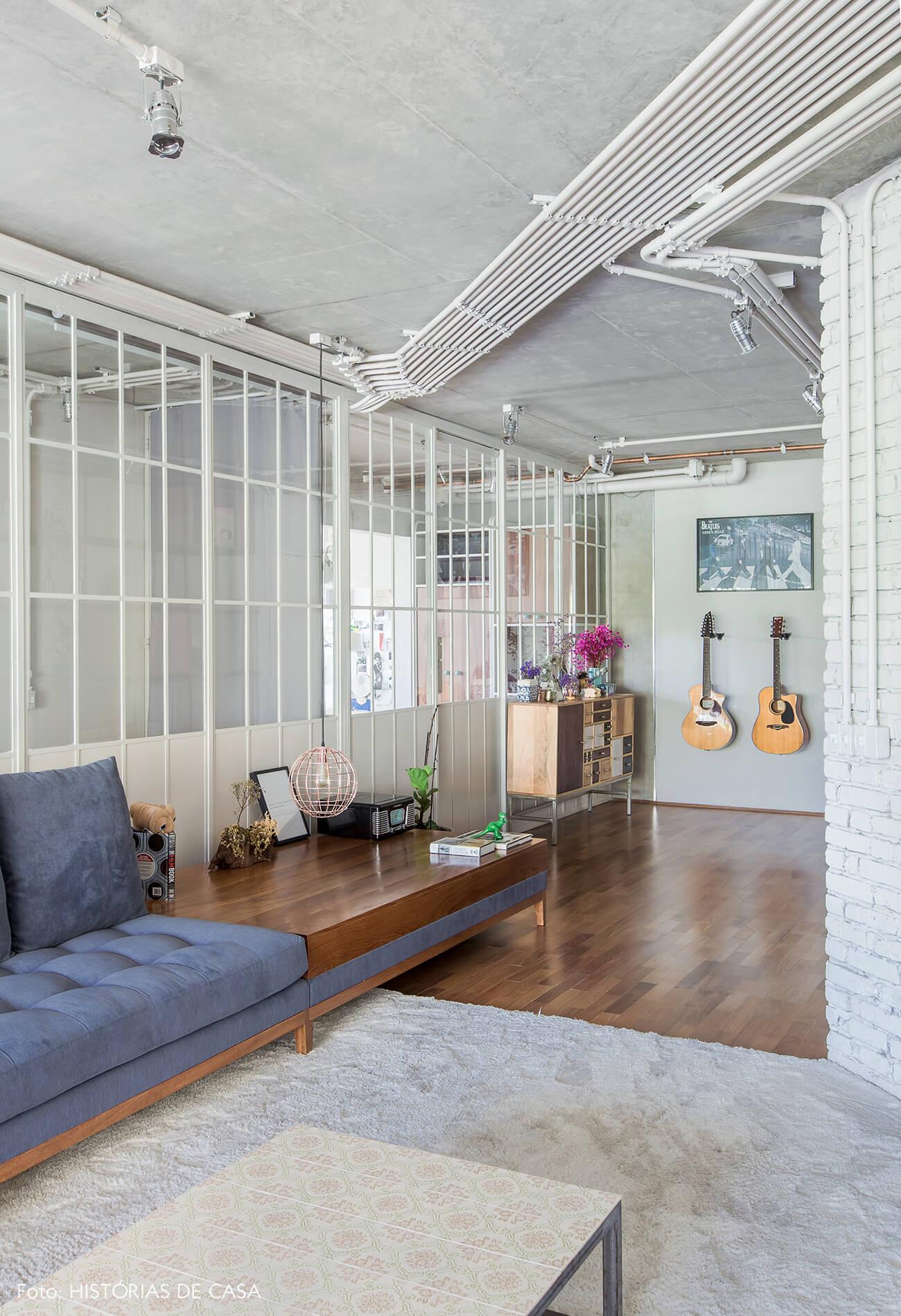 Apartamento com sala integrada e divisórias de serralheria e vidro