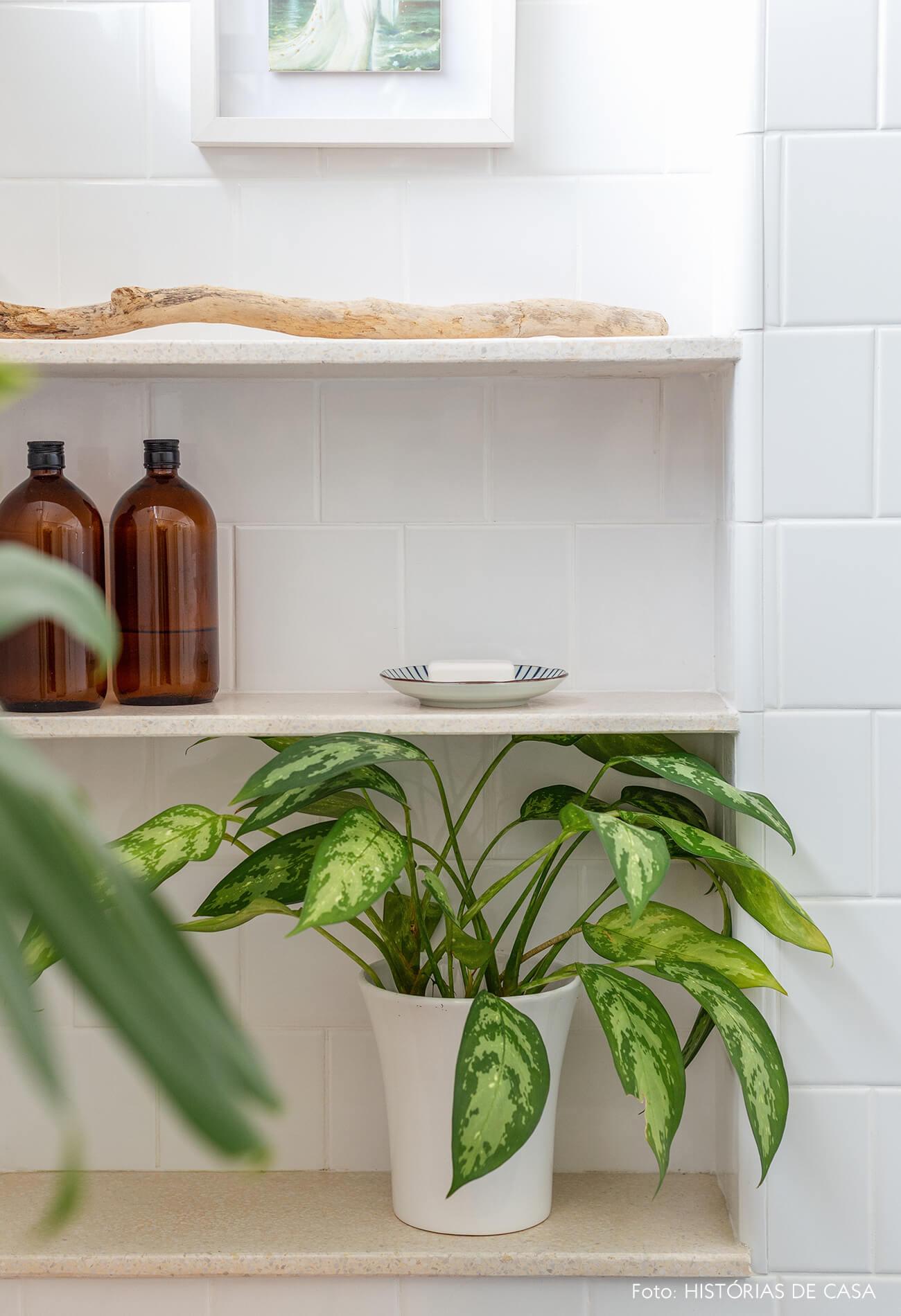 Banheiro reforma, Antes e Depois, prateleiras dentro do box