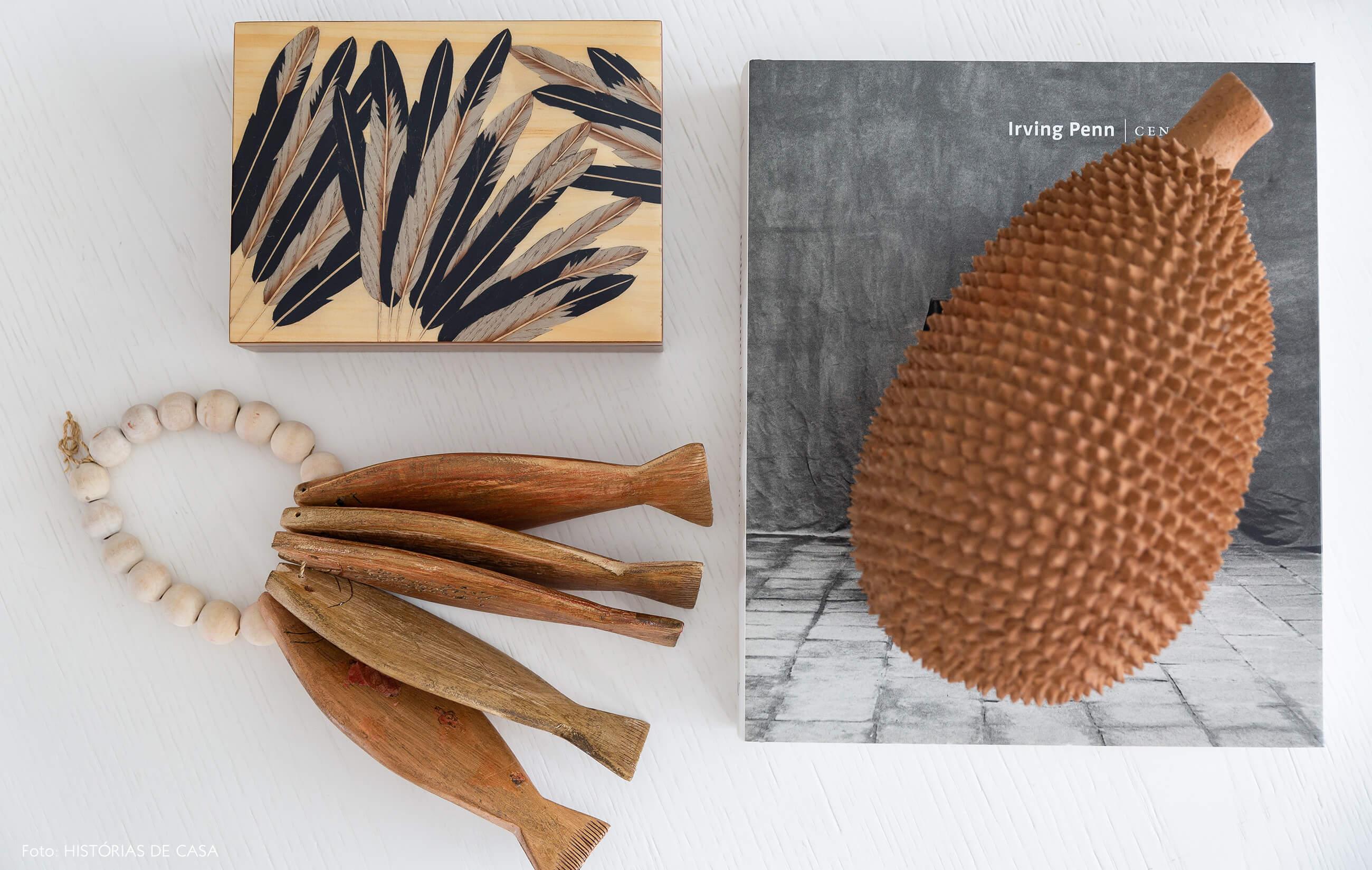 Mesa de centro branca com objetos de madeira