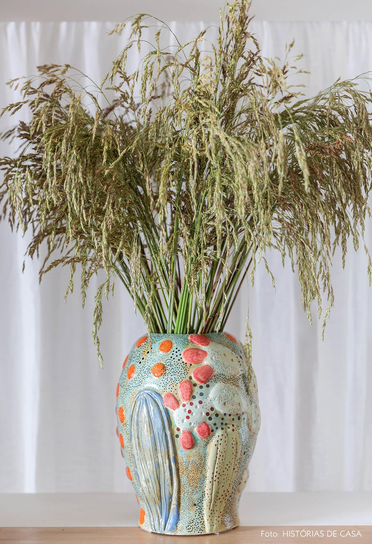 Vaso colorido com arranjo de flores secas
