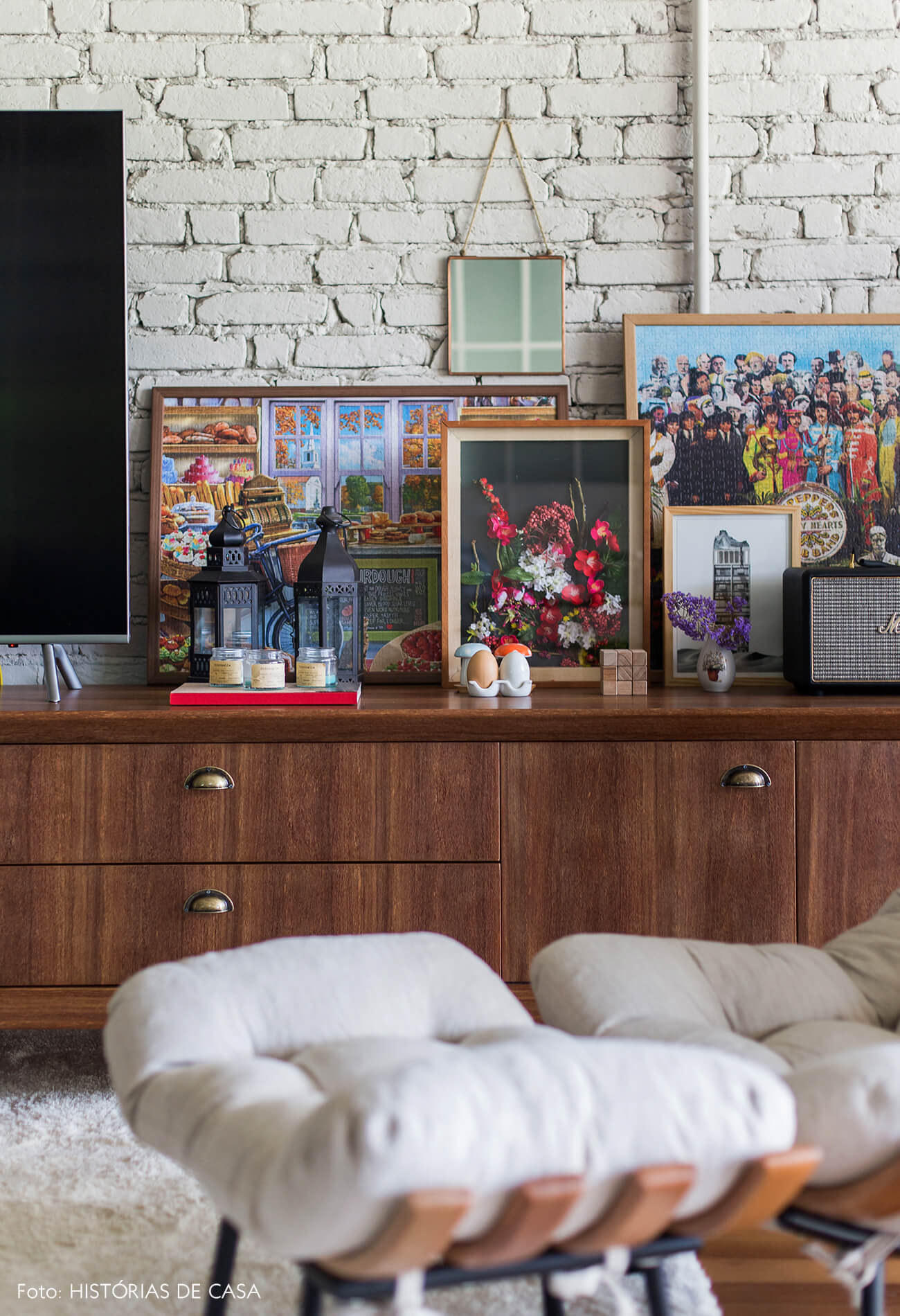 Sala integrada com paredes de tijolinho