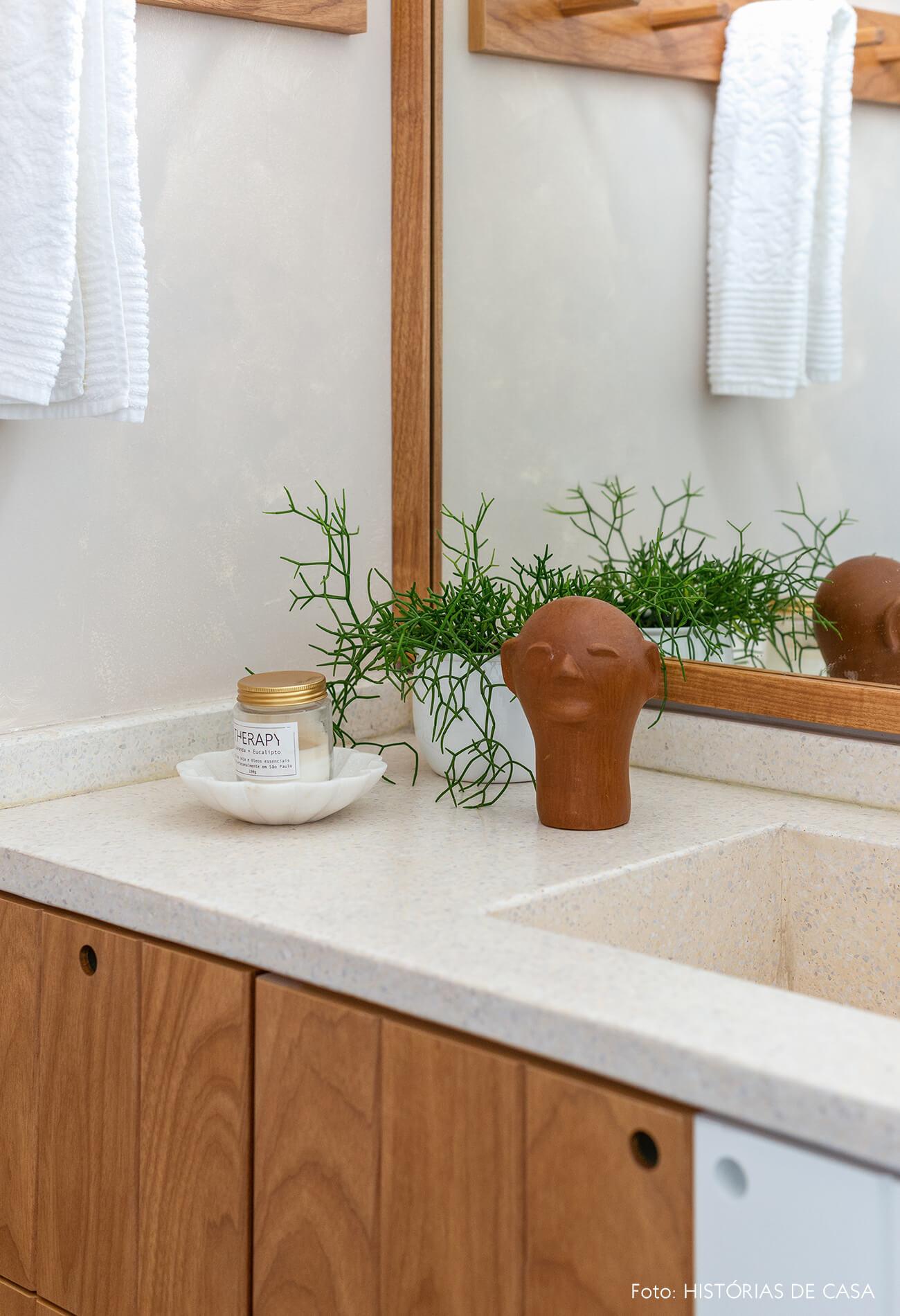 Banheiro reformado, Antes e Depois, bancada de granilite e texturas naturais