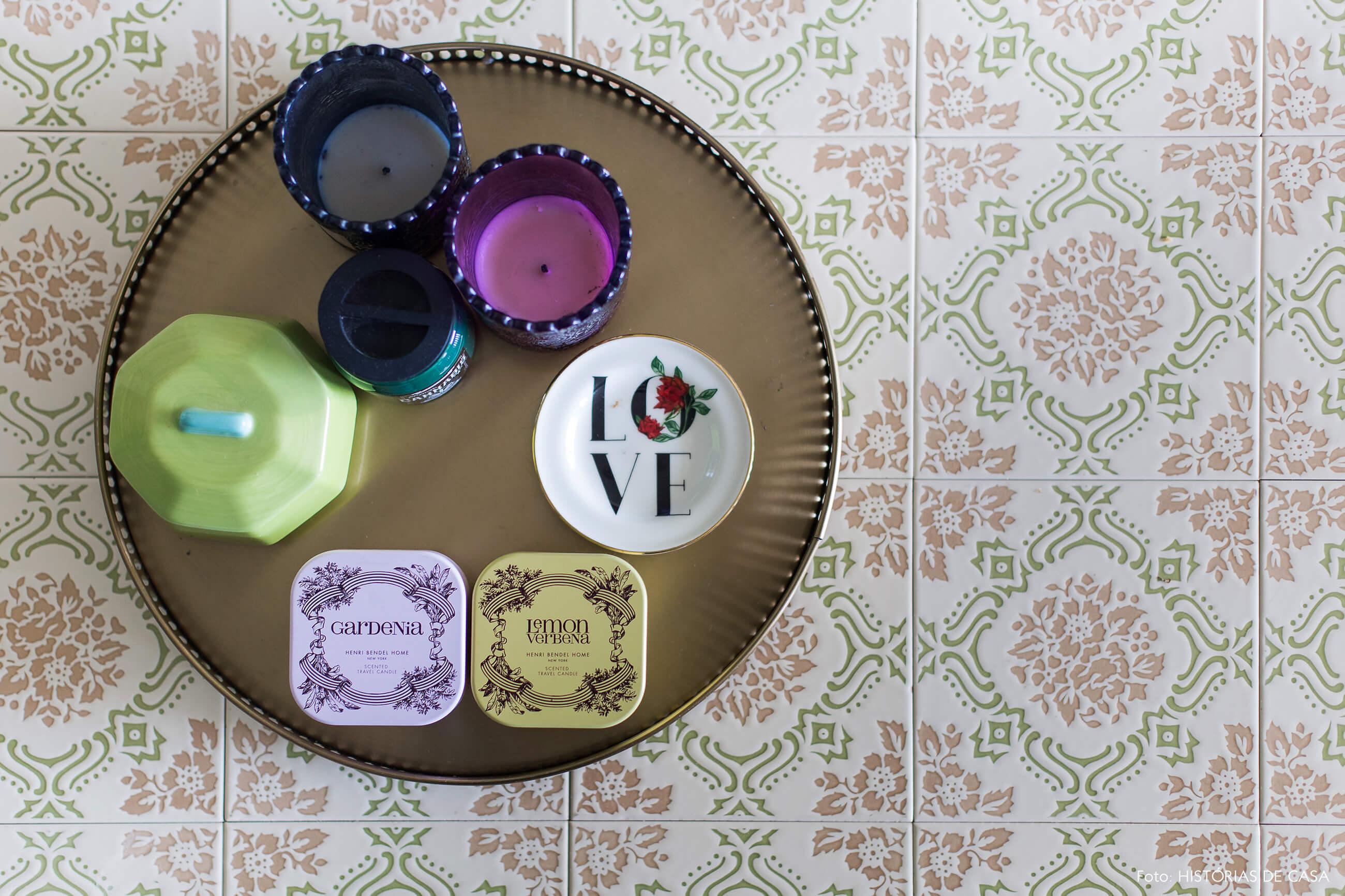 Mesa de centro com tampo de azulejos