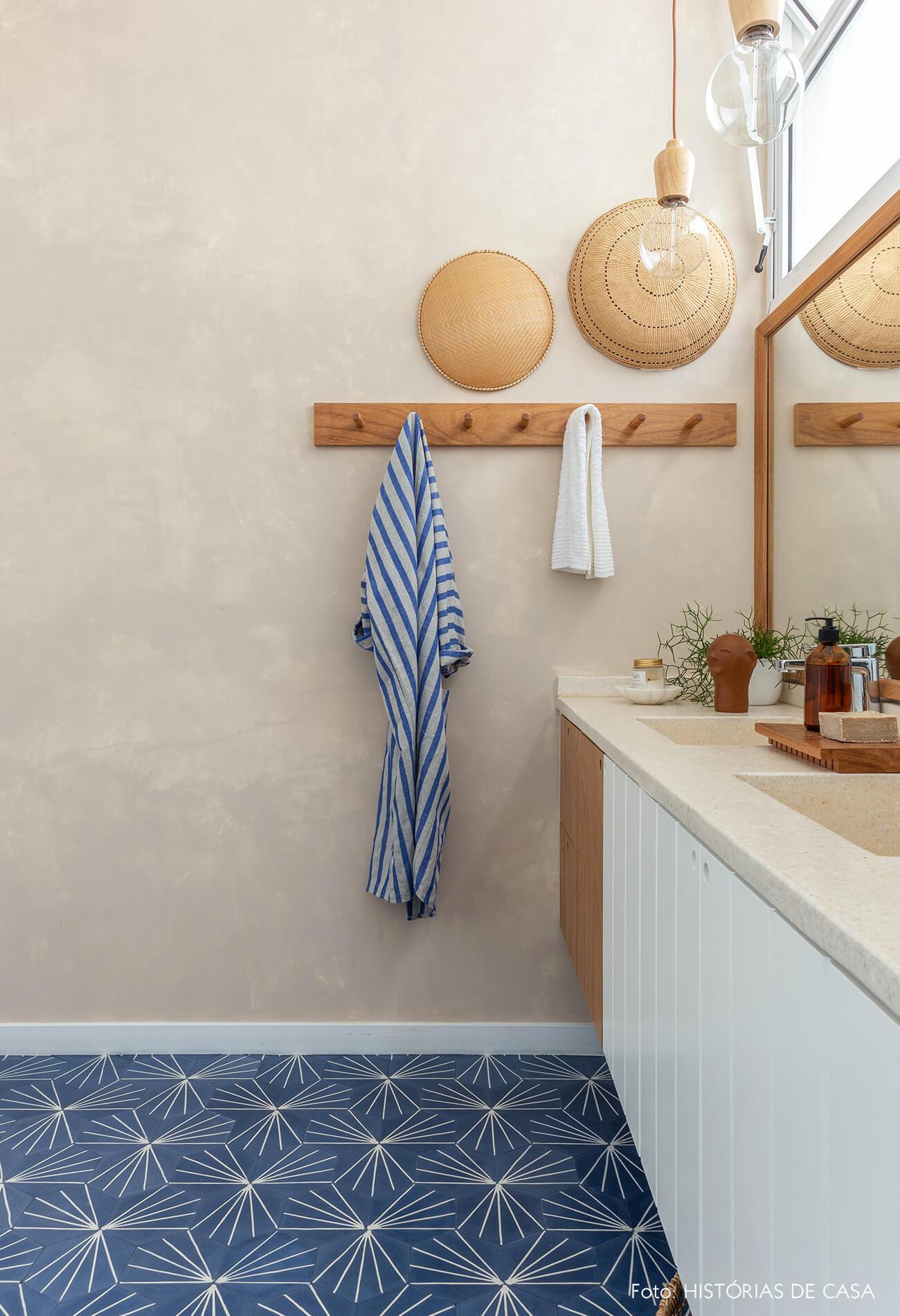 Banheiro reformado, Antes e Depois, parede com pintura em tons neutros