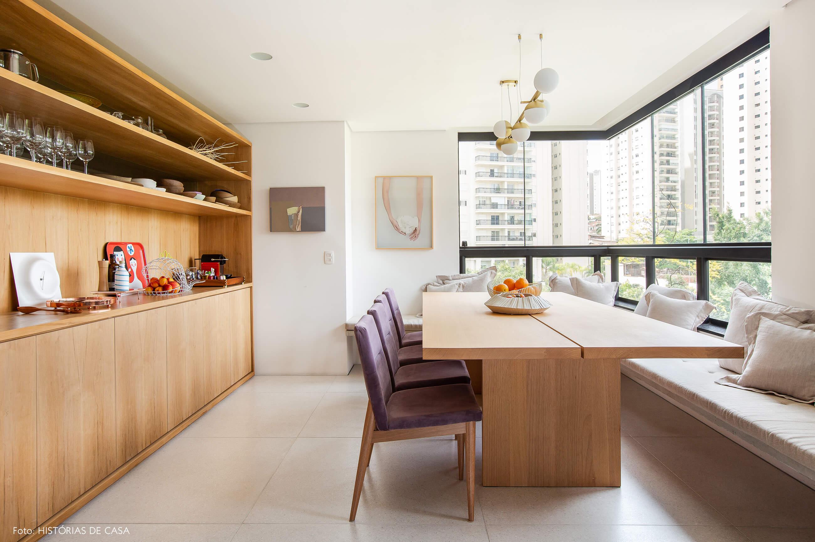 Sala de jantar na varanda com mesa de madeira