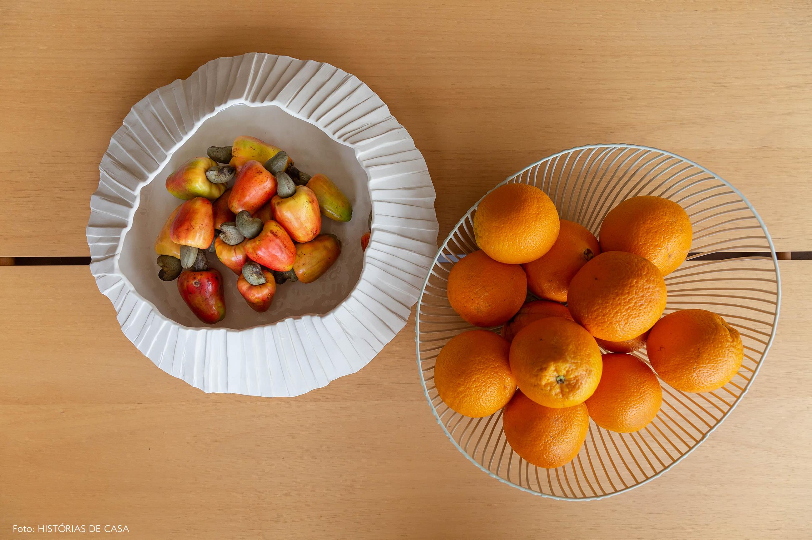 Mesa de jantar de madeira com fruteiras