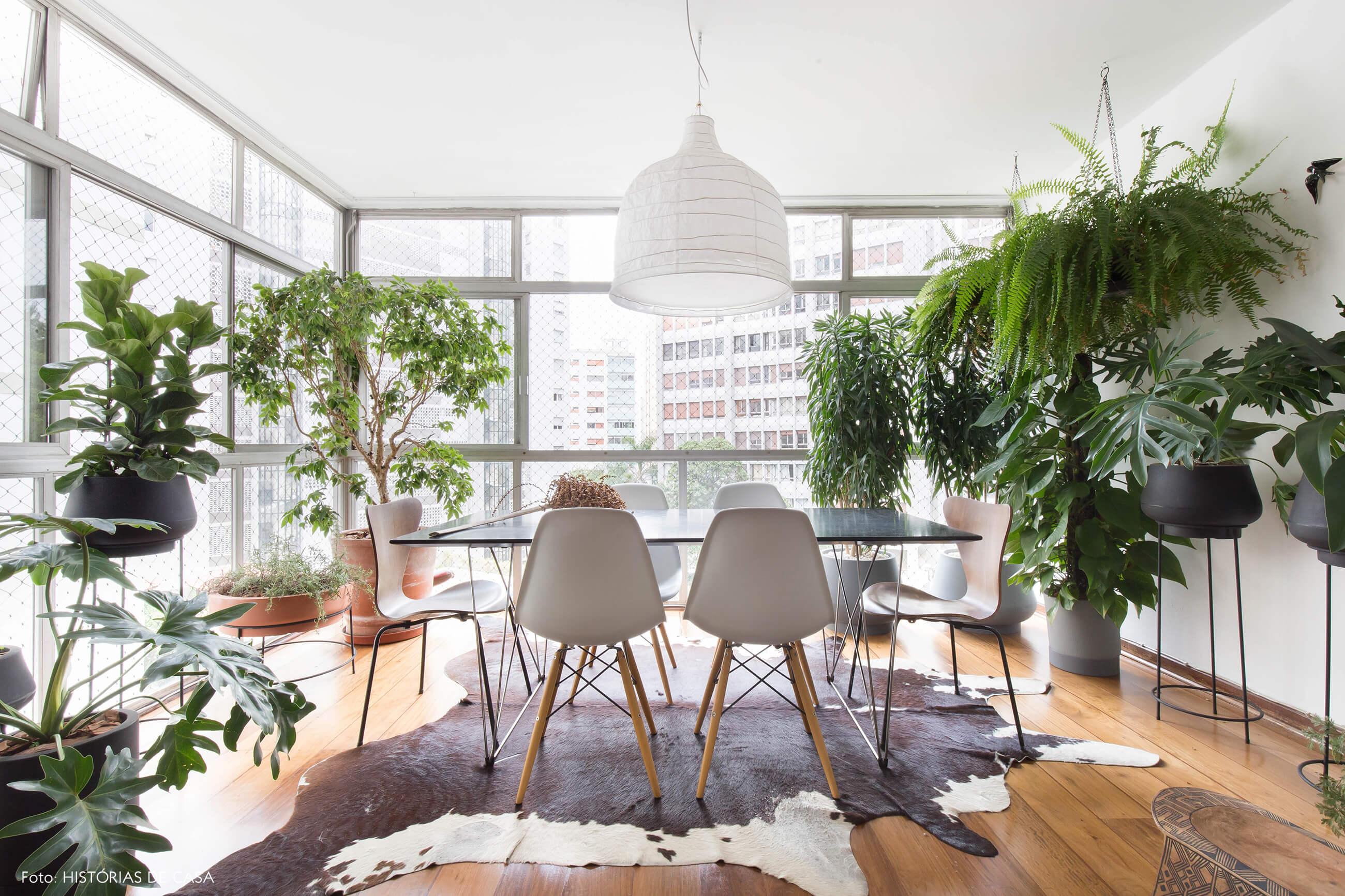 Sala de jantar com grandes janelas do piso ao teto