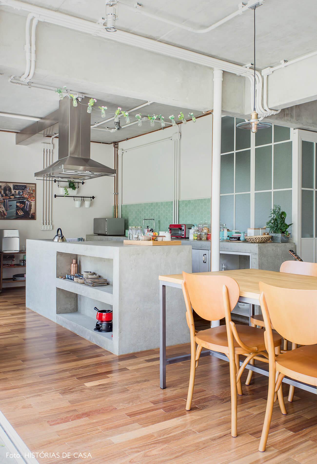 Cozinha com bancada de concreto e frontão de ladrilhos hidráulicos hexagonais
