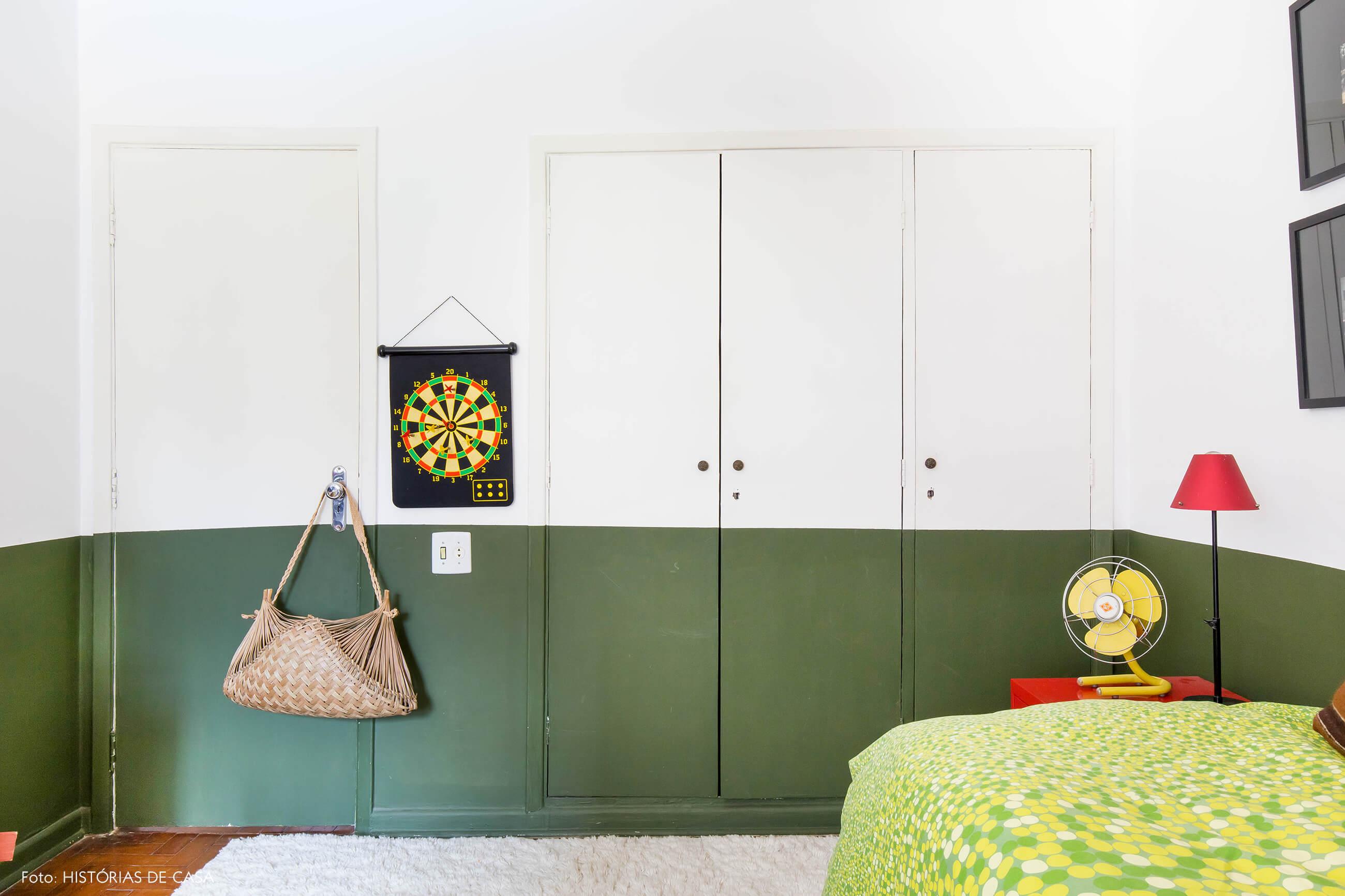 Quarto com armários pintados de verde, meia parede