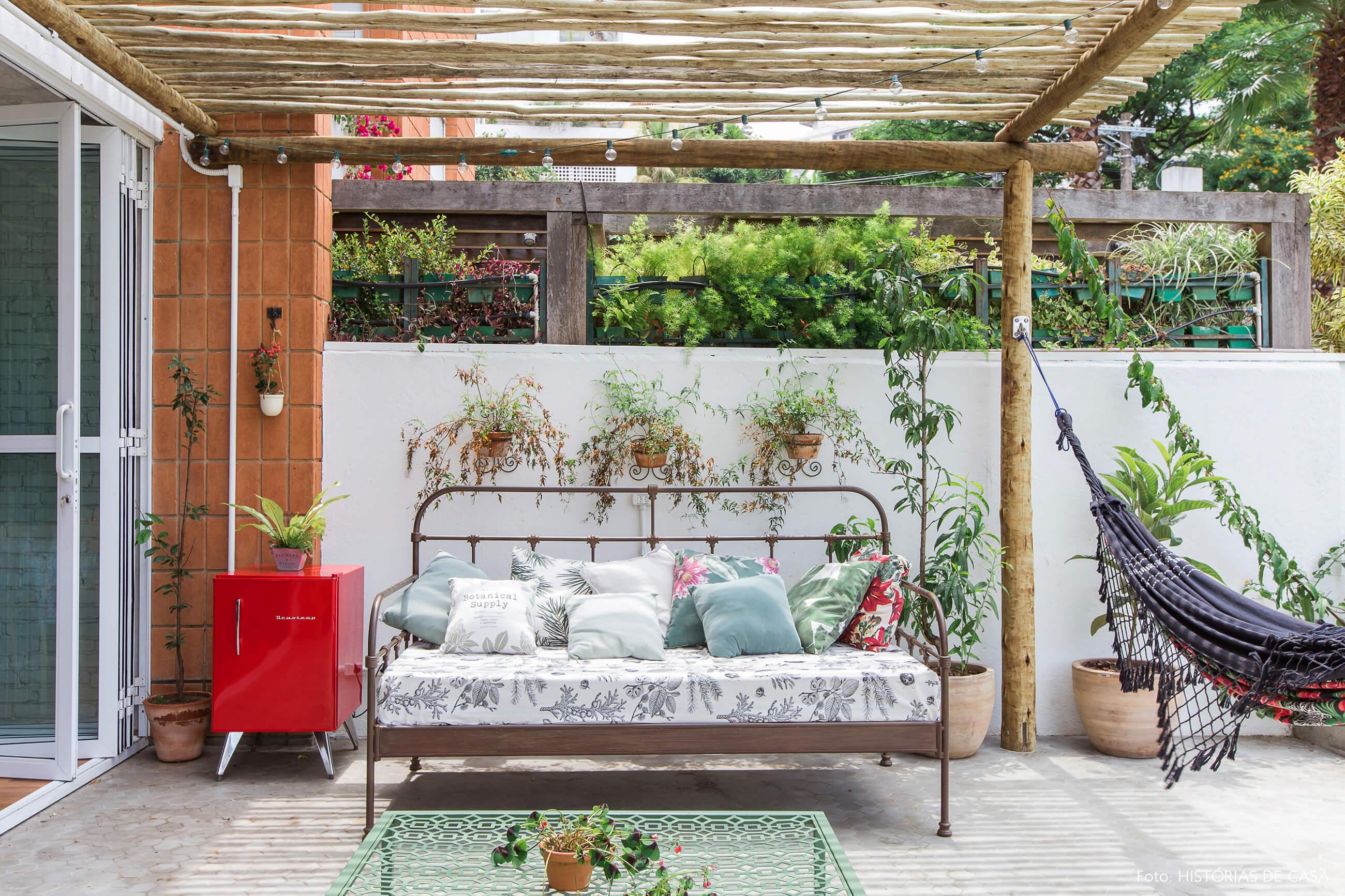 Apartamento com terraço e pergolado de eucalipto