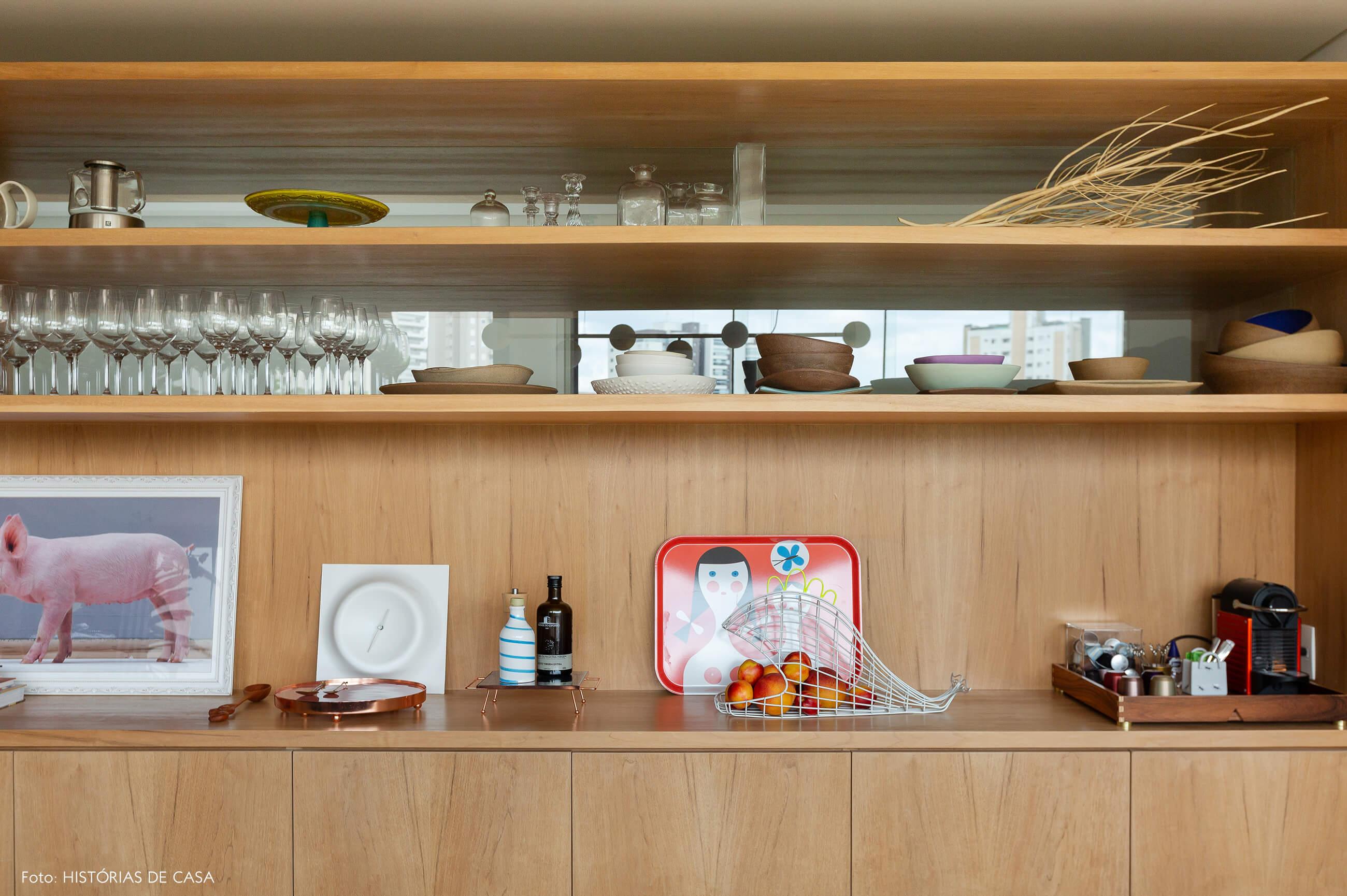 Sala de jantar com estante de madeira e fechamento de vidro