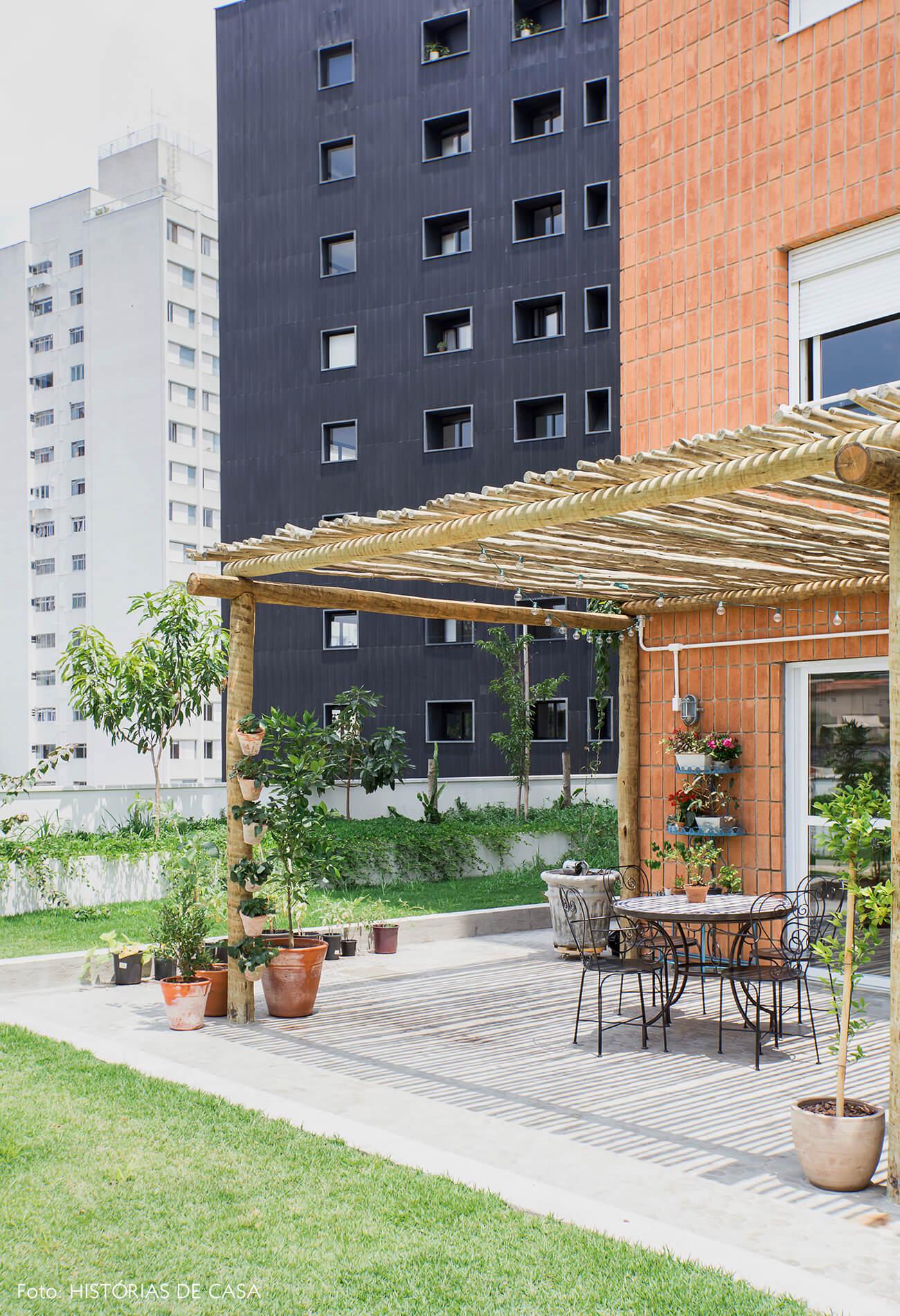 Apartamento térreo com terraço e pergolado de eucalipto