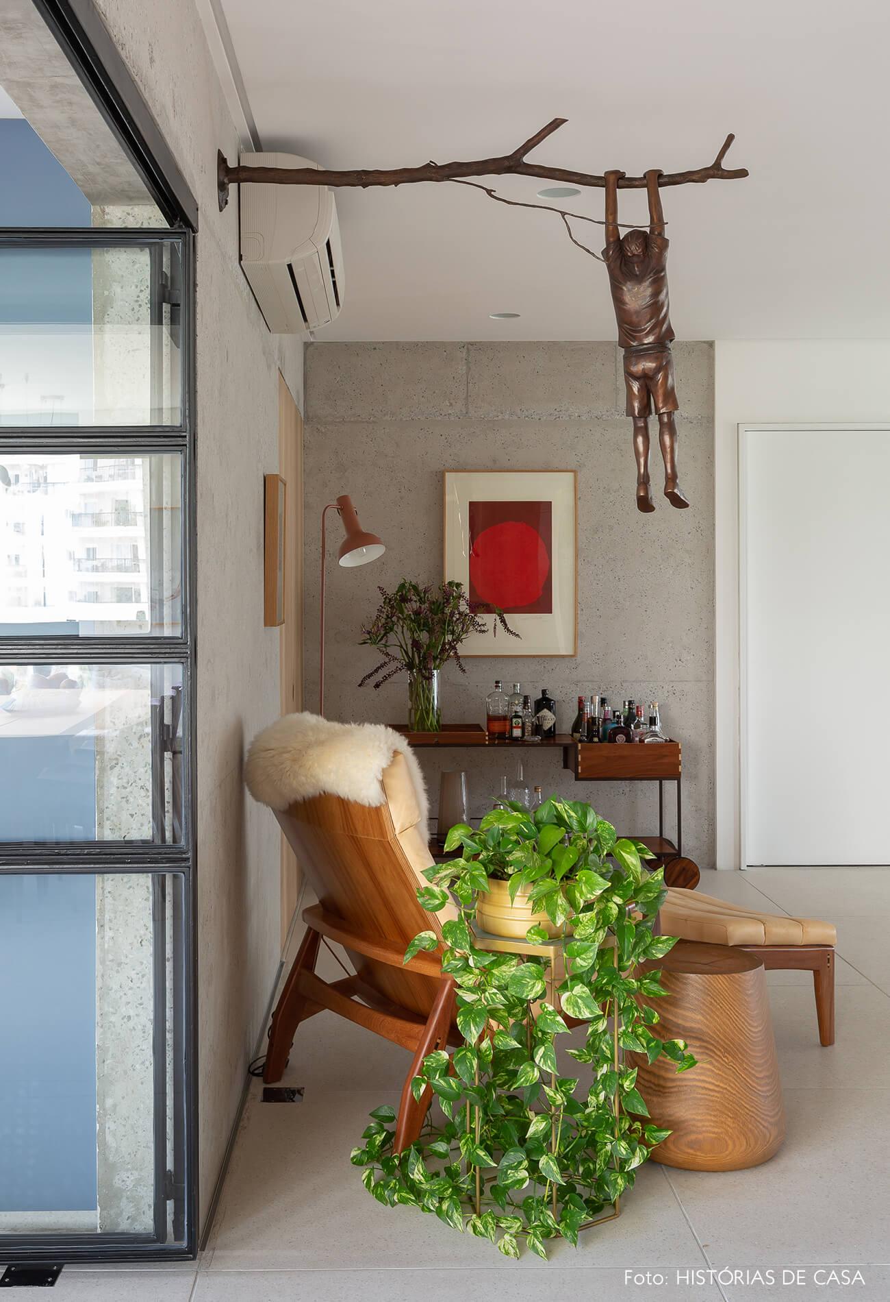 Sala com escultura de bronze na parede