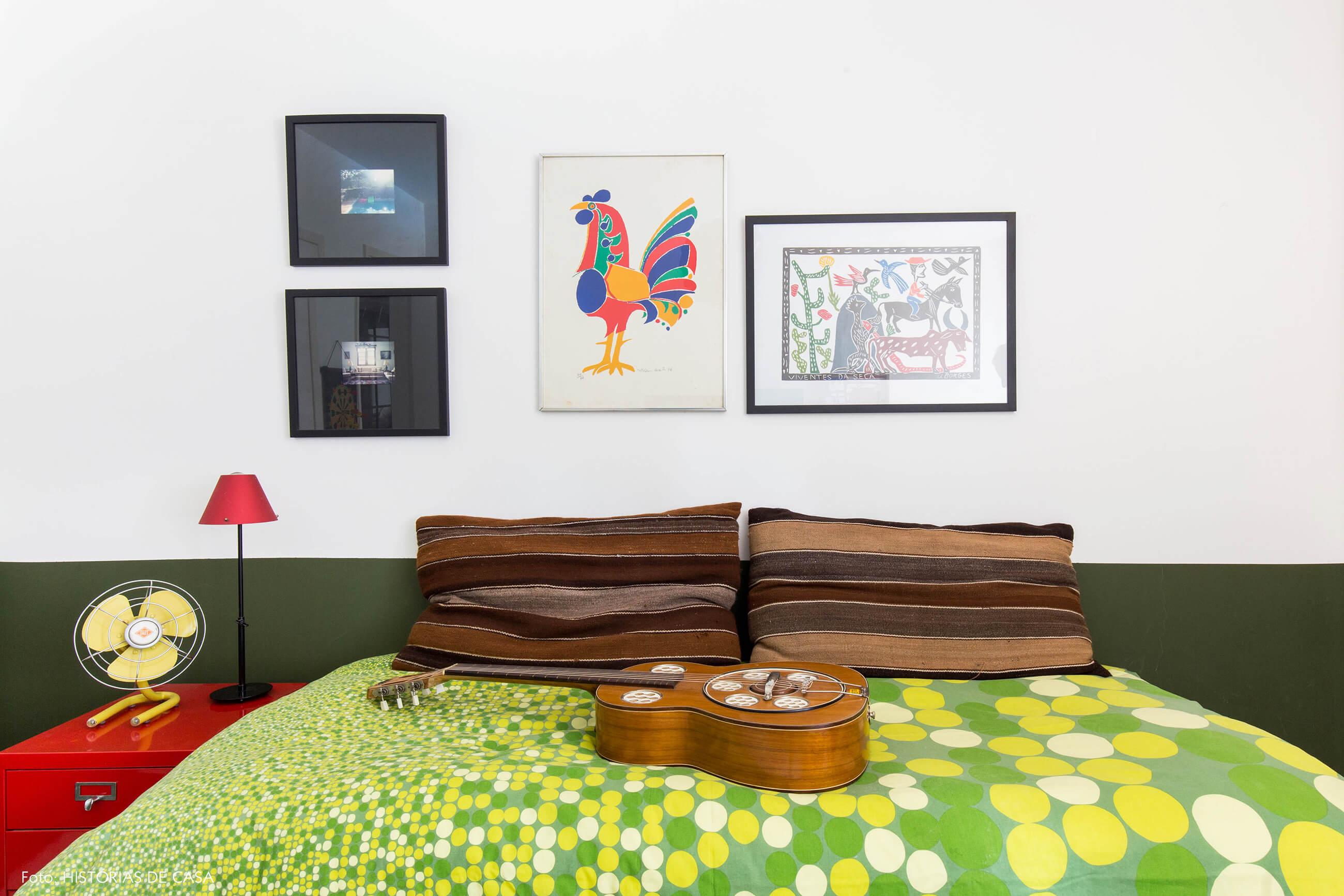 Quarto de hóspedes com meia parede pintada de verde
