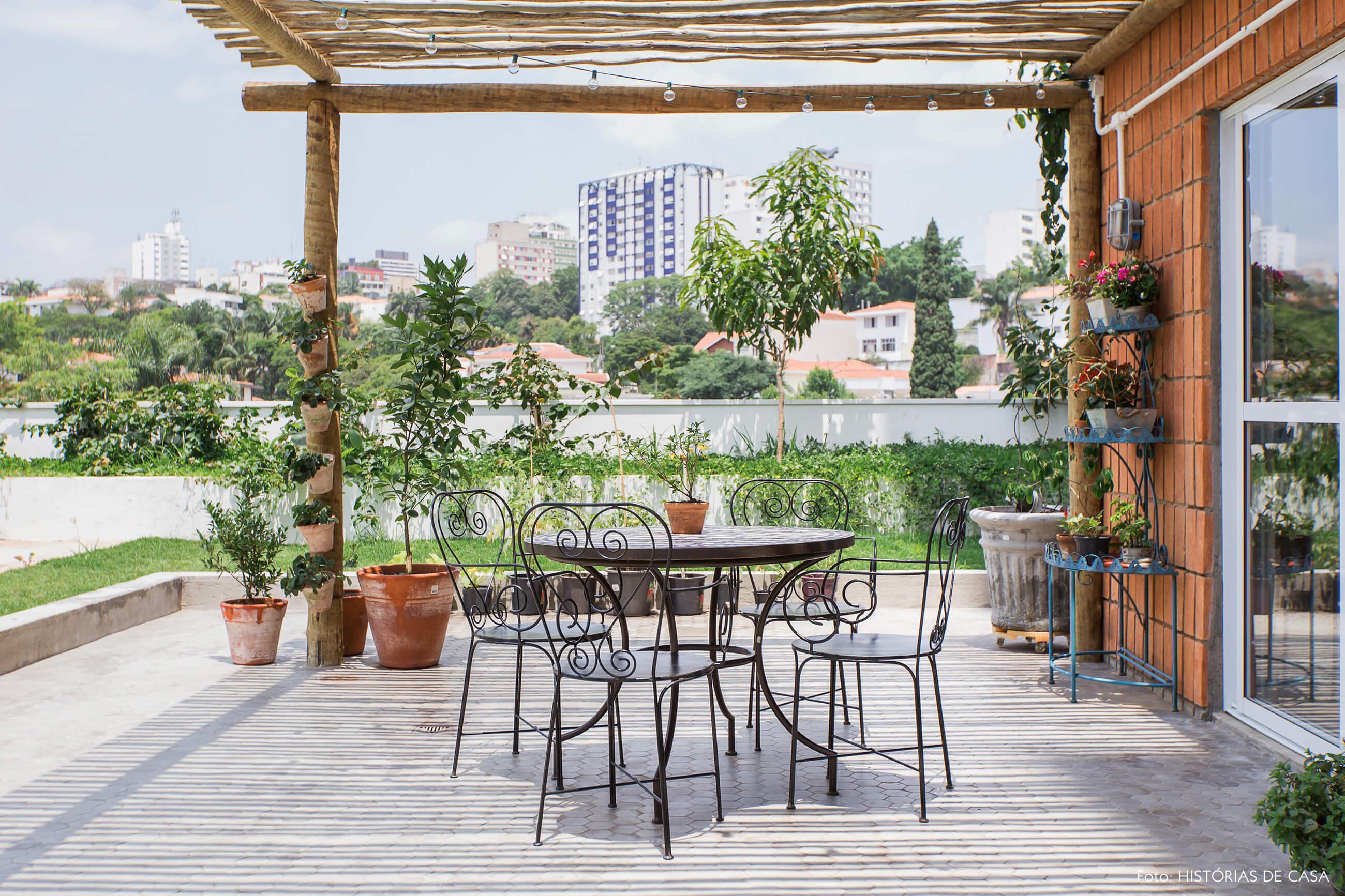 Apartamento térreo com jardim, rede de balanço e mesa de ferro