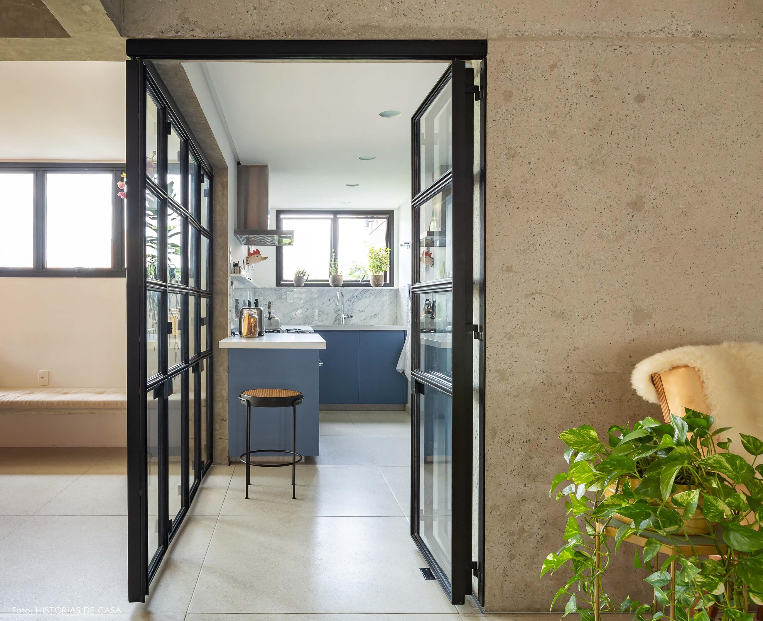 Cozinha com portas de serralheria e vidro