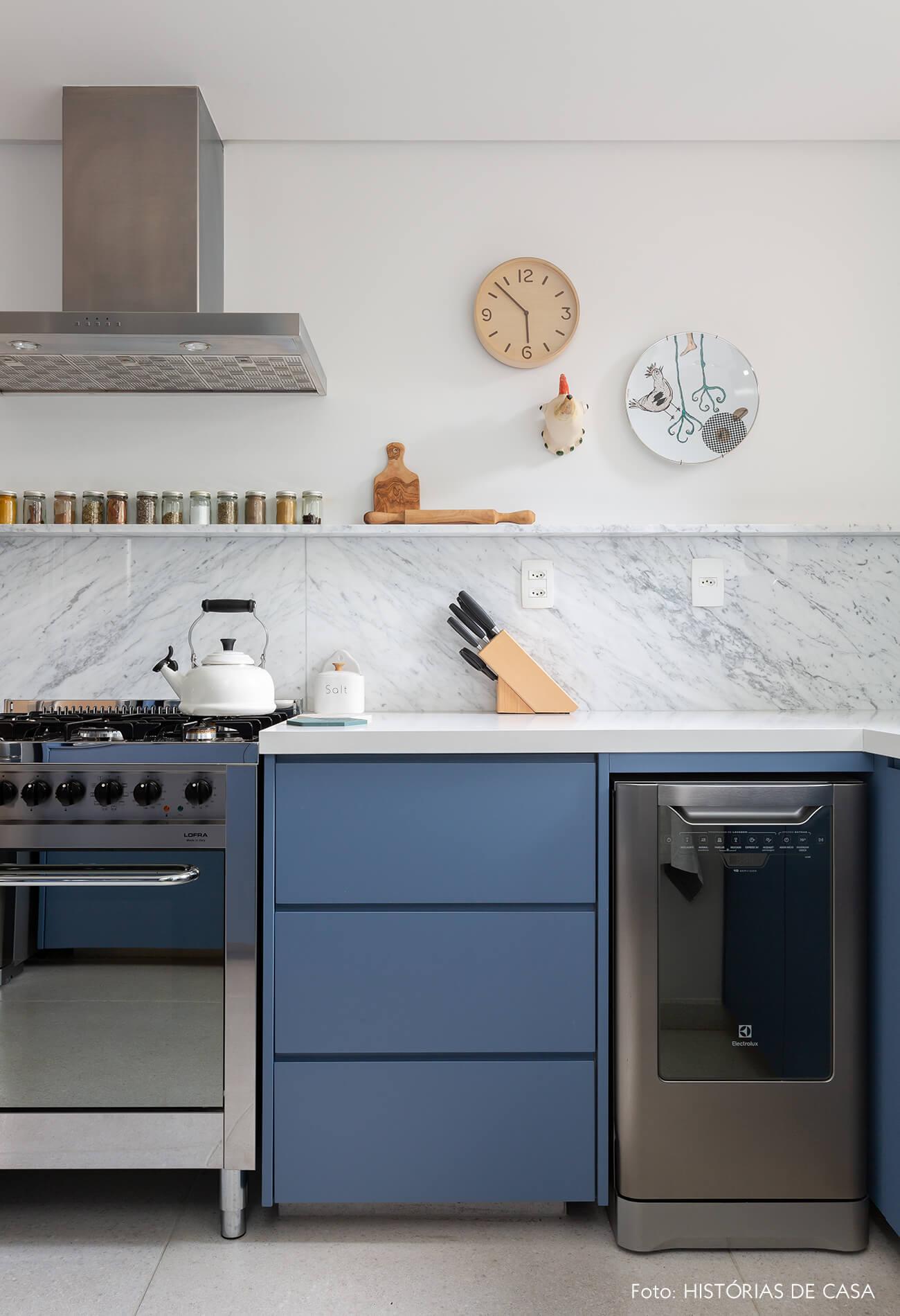 Cozinha com armários azuis e bancada de mármore