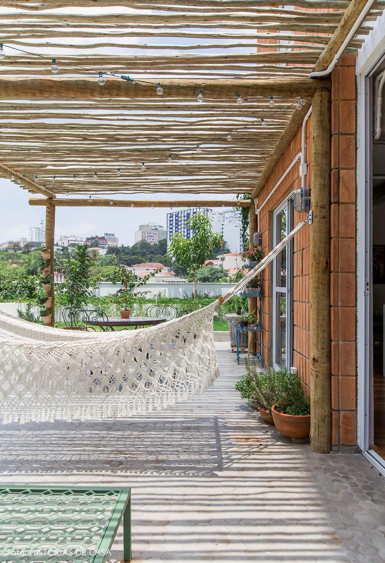 Apartamento térreo com jardim, rede de balanço e pergolado