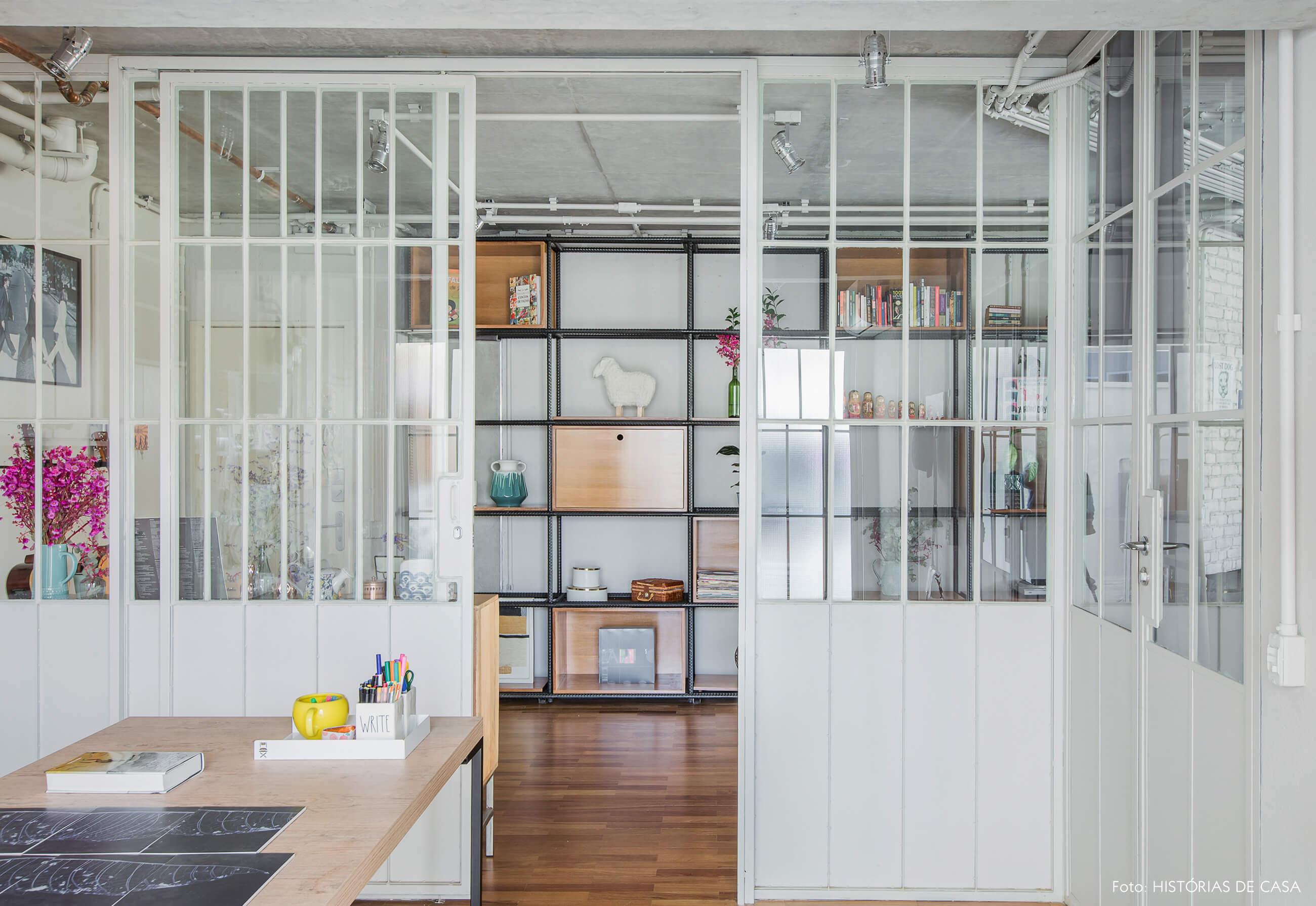 Escritório com portas de serralheria e vidro