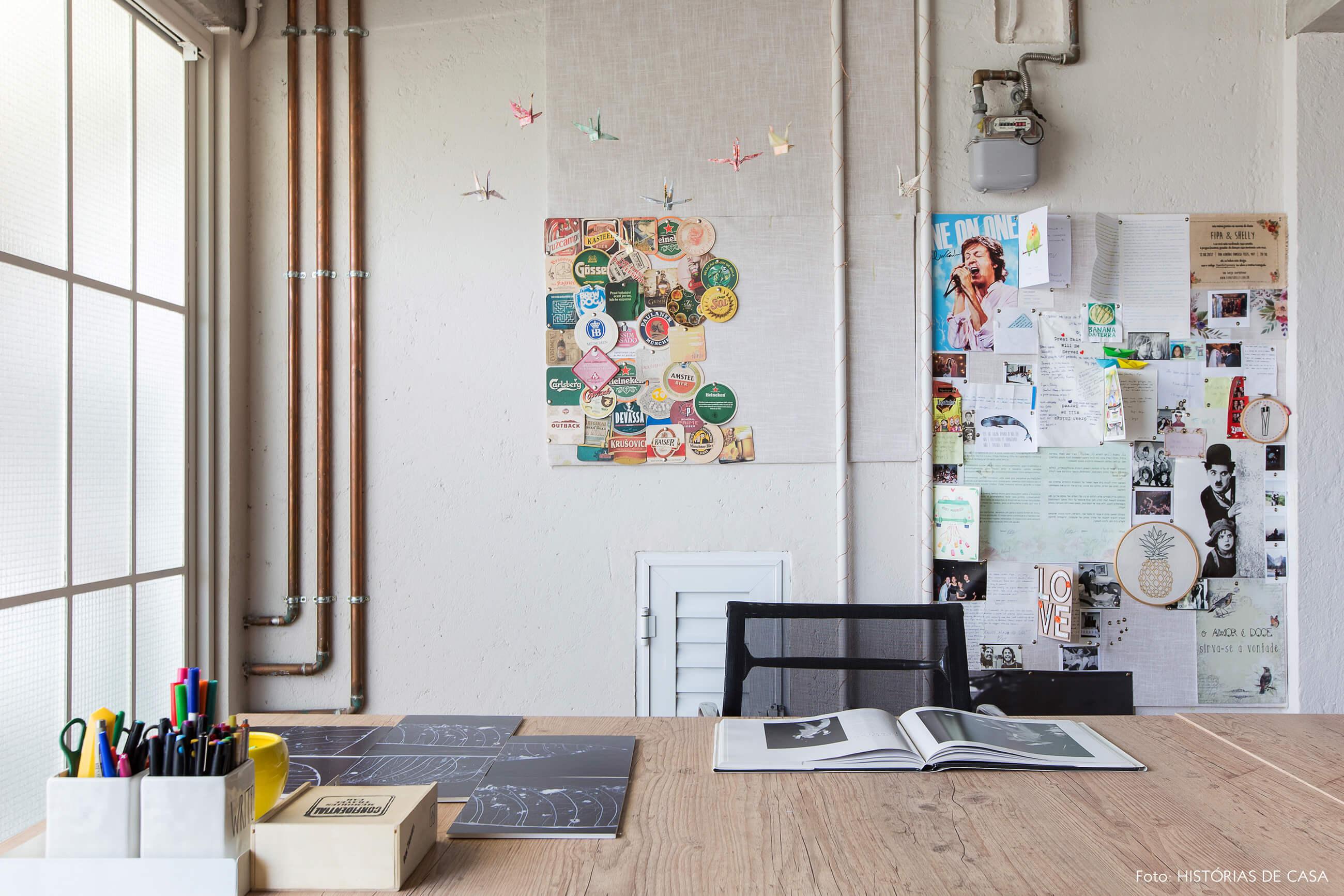 Escritório com paredes de concreto e tubulações à mostra, estilo industrial
