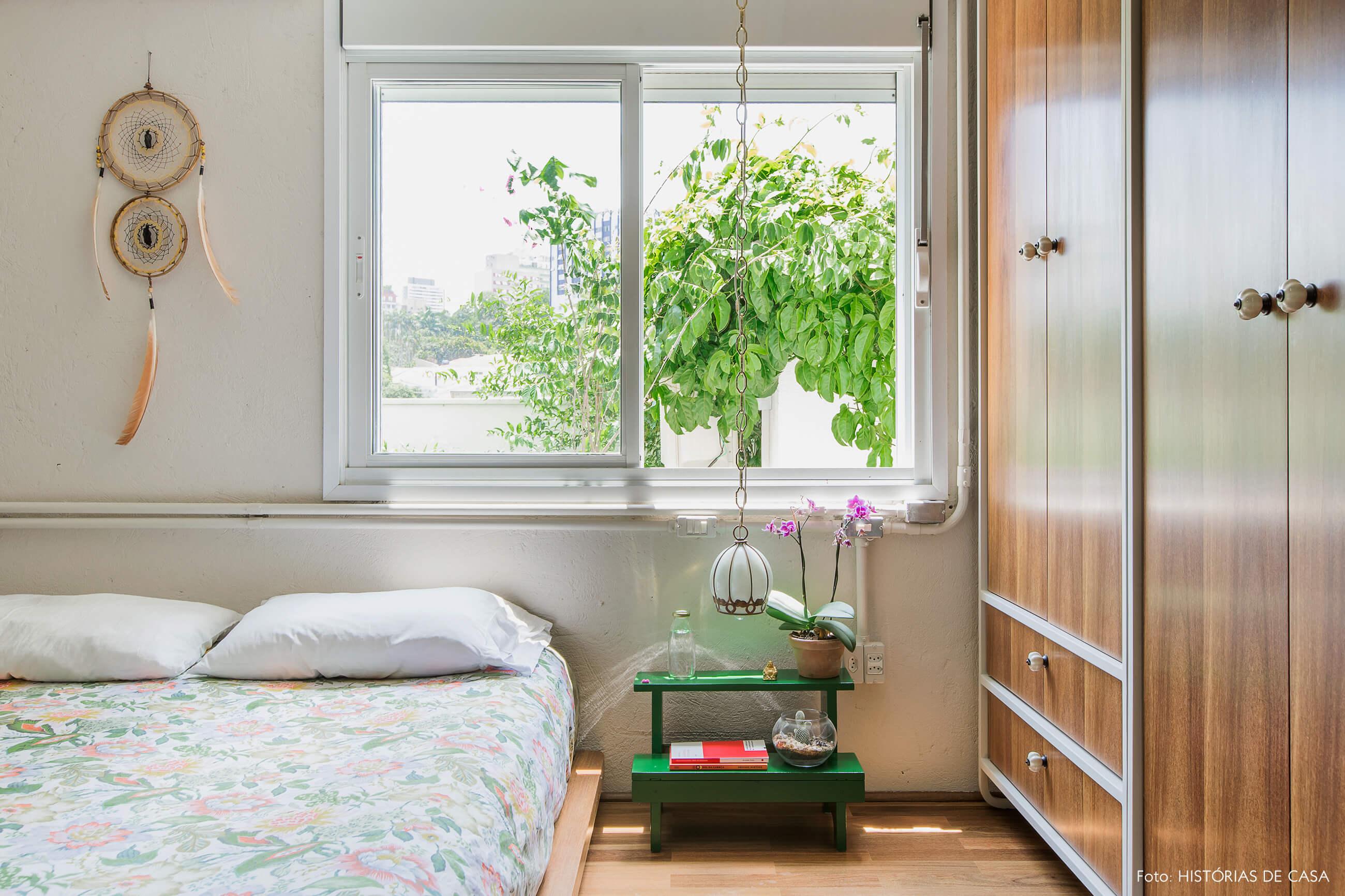 Quarto de casal com cama baixa e detalhes em estilo industrial