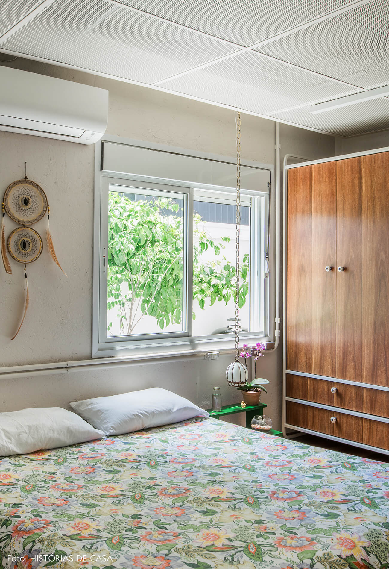 Quarto de casal com cama baixa e armário desenhado sob medida