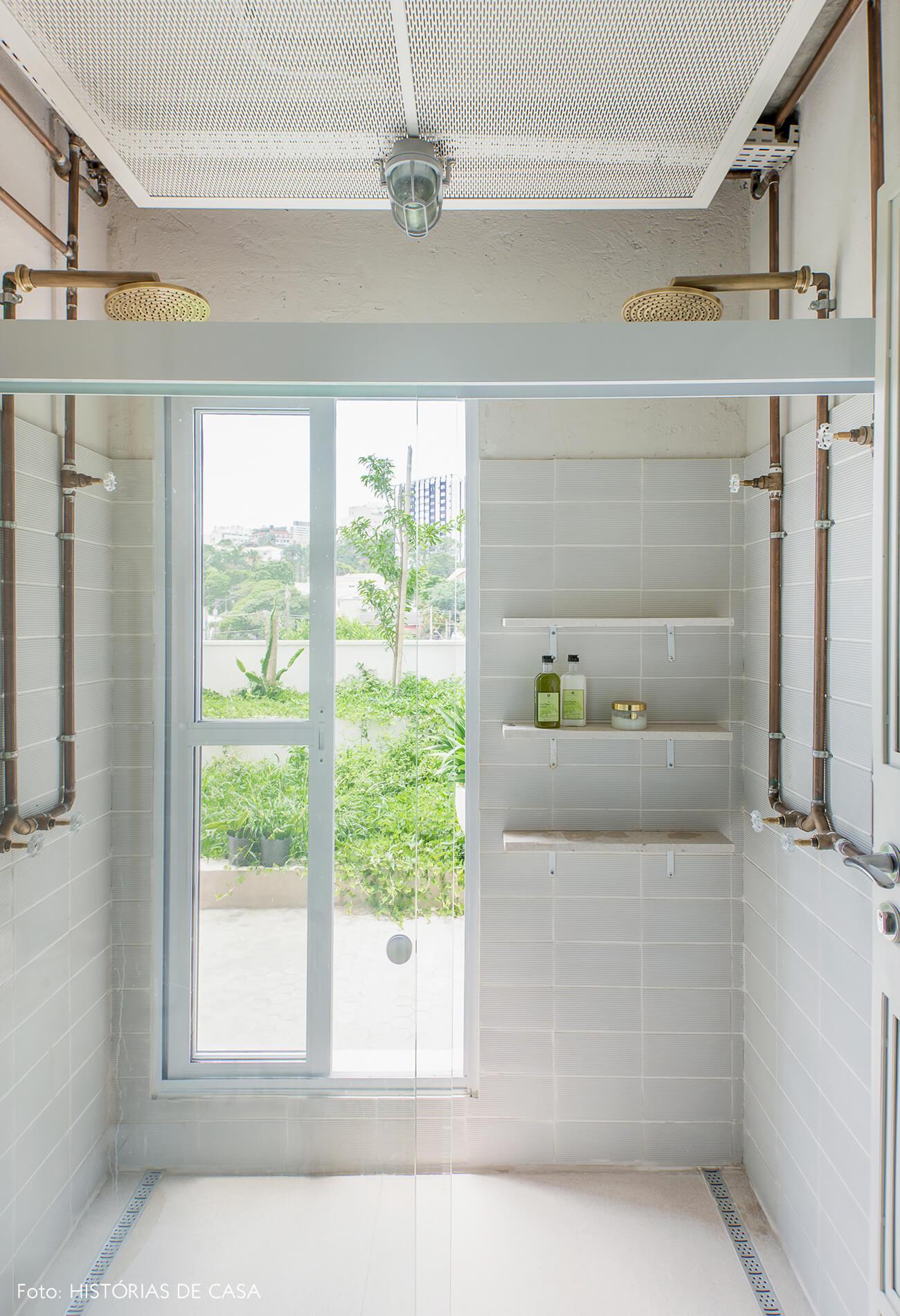 Banheiro com estilo industrial e projeto do Estúdio Penha