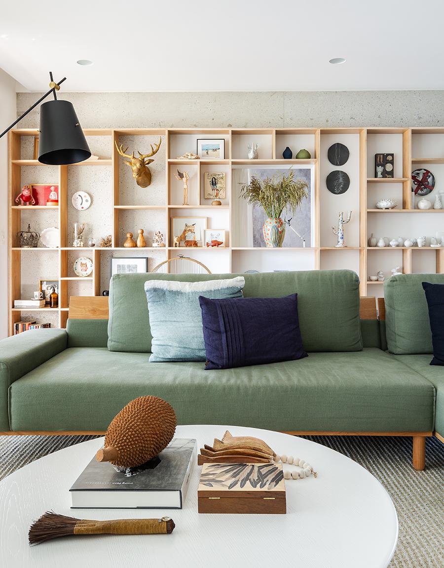 Sala com estante atrás do sofá