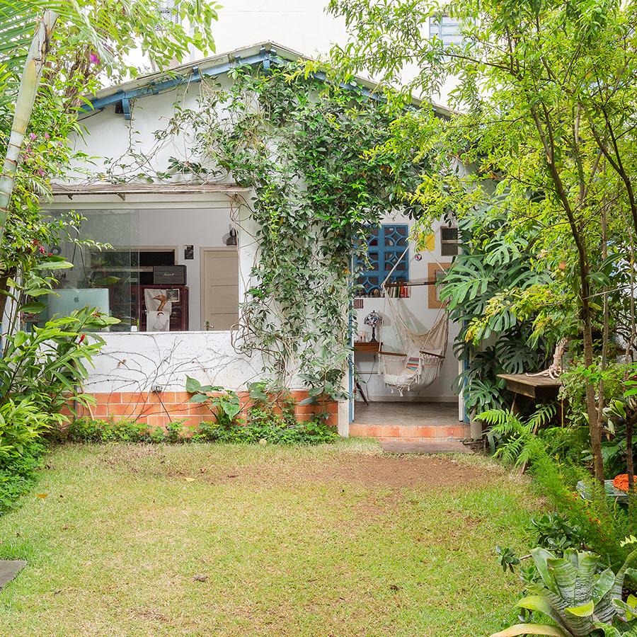 Casa com jardim nos fundos