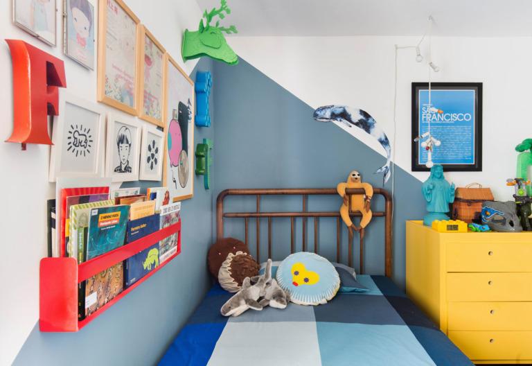 Quarto de criança com parede pintada de azul