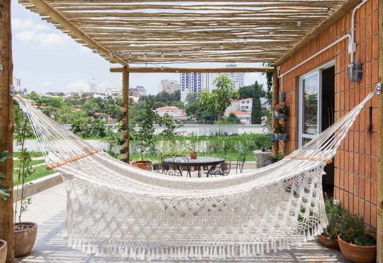 Apartamento térreo com jardim e pergolado