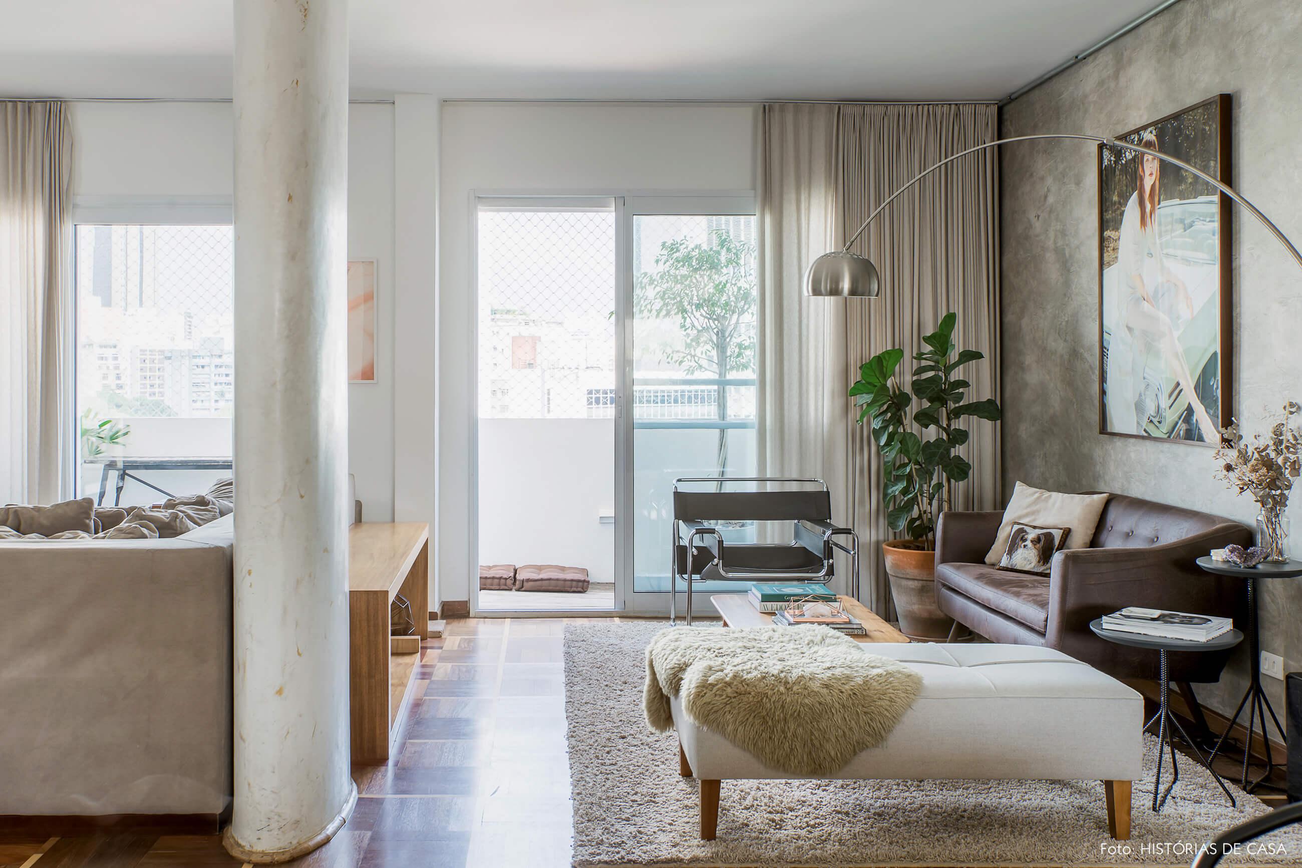Apartamento com sala integrada e piso de parquet