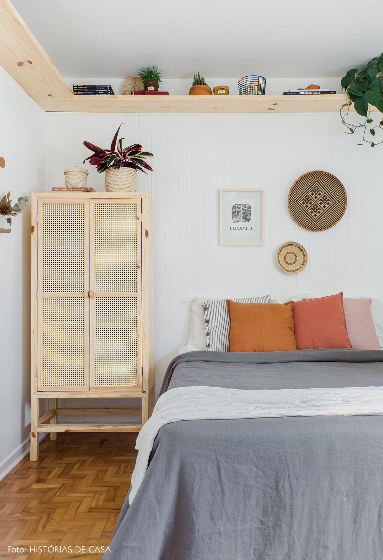 Antes e Depois. Quarto com painel de lambri e armário de palhinha.
