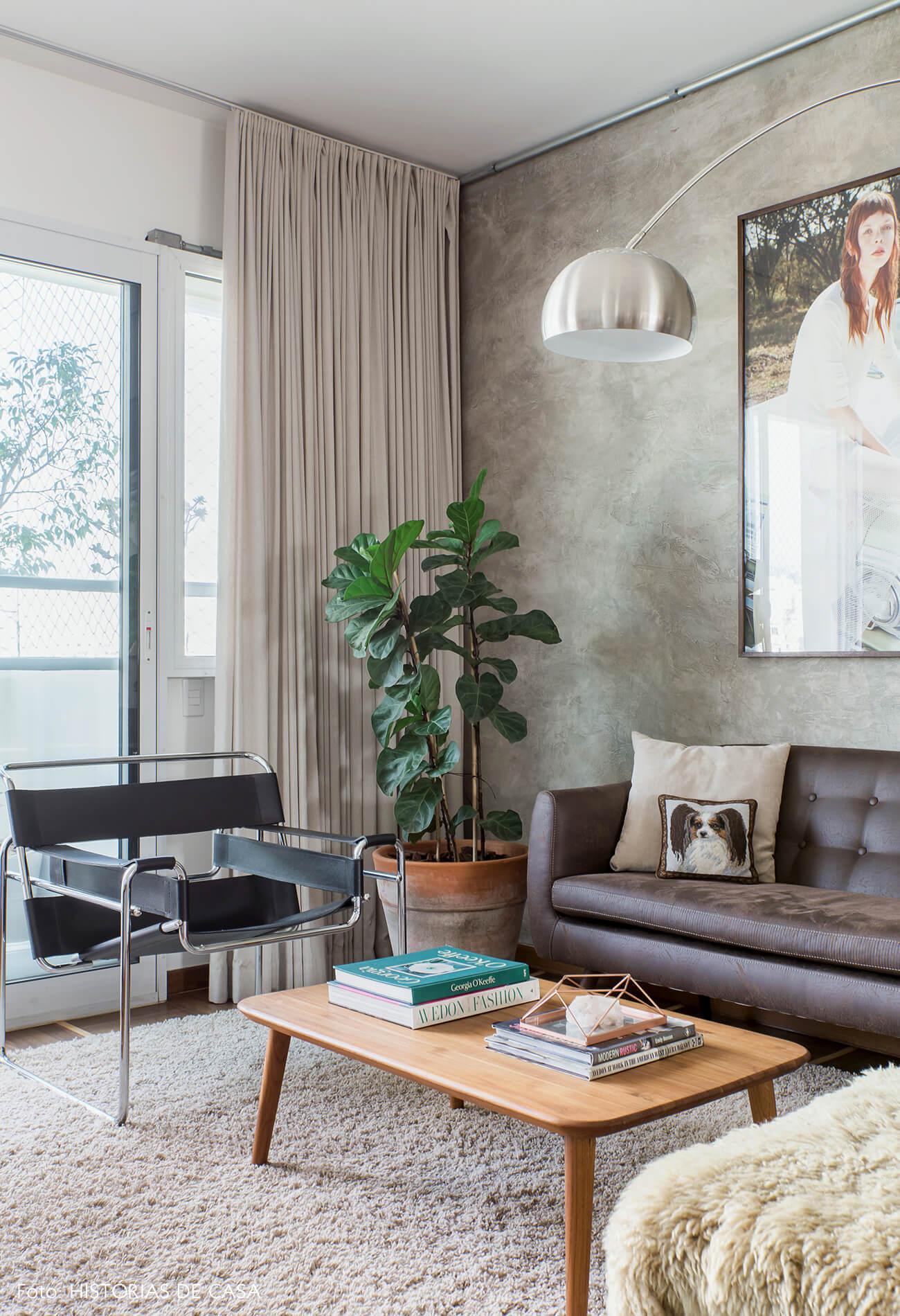 Parede de cimento queimado e sofá de couro