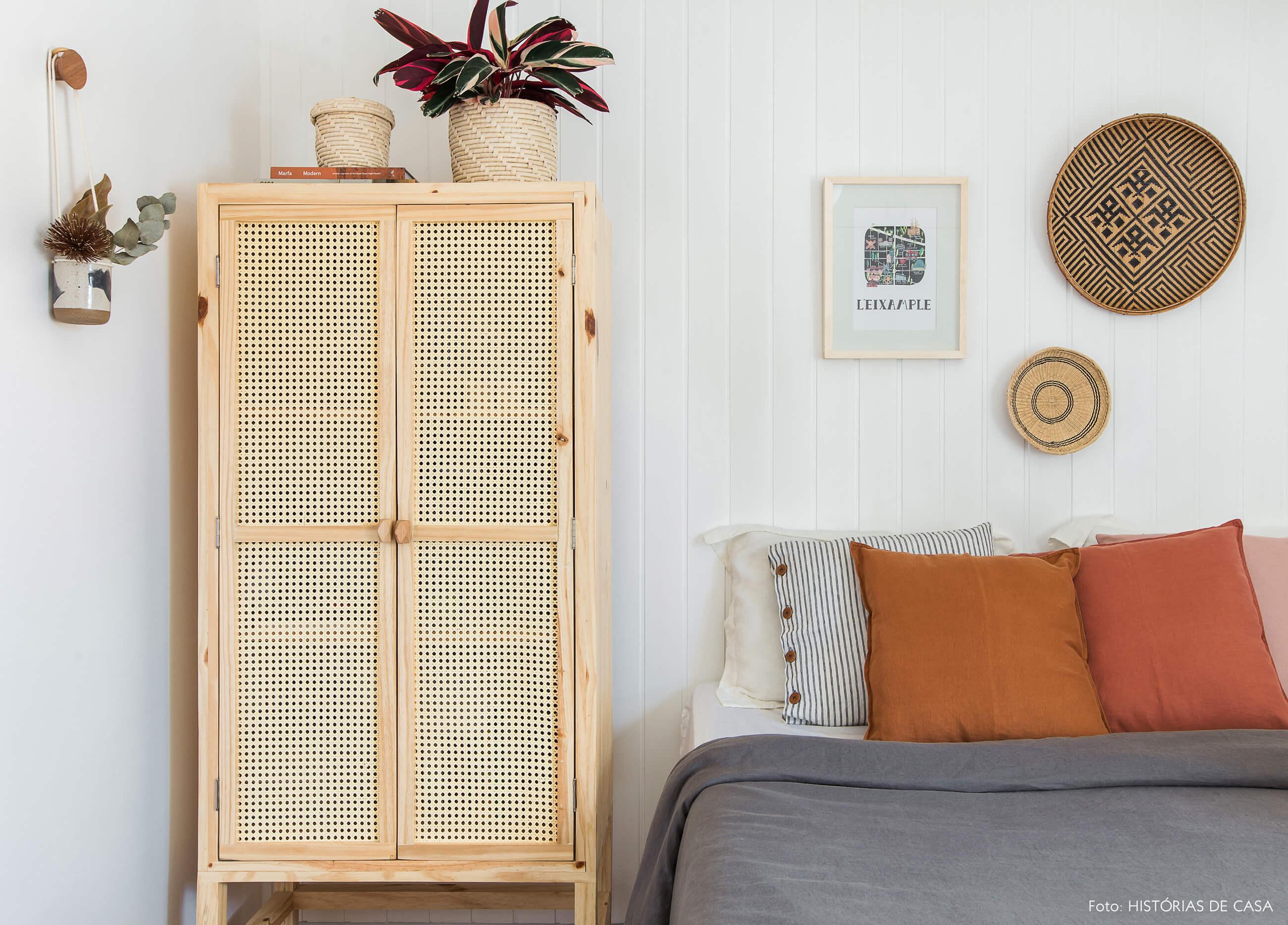 Antes e Depois. Quarto com painel de lambri e armário de palhinha
