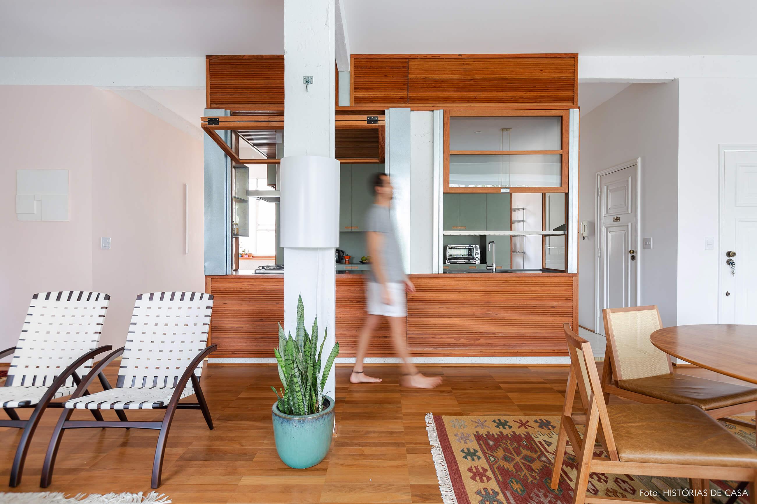 Apartamento reformado com cozinha integrada e estrutura de madeira