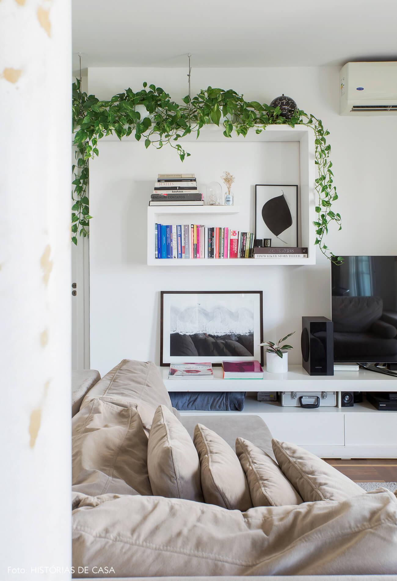 Estante branca na sala com plantas pendentes