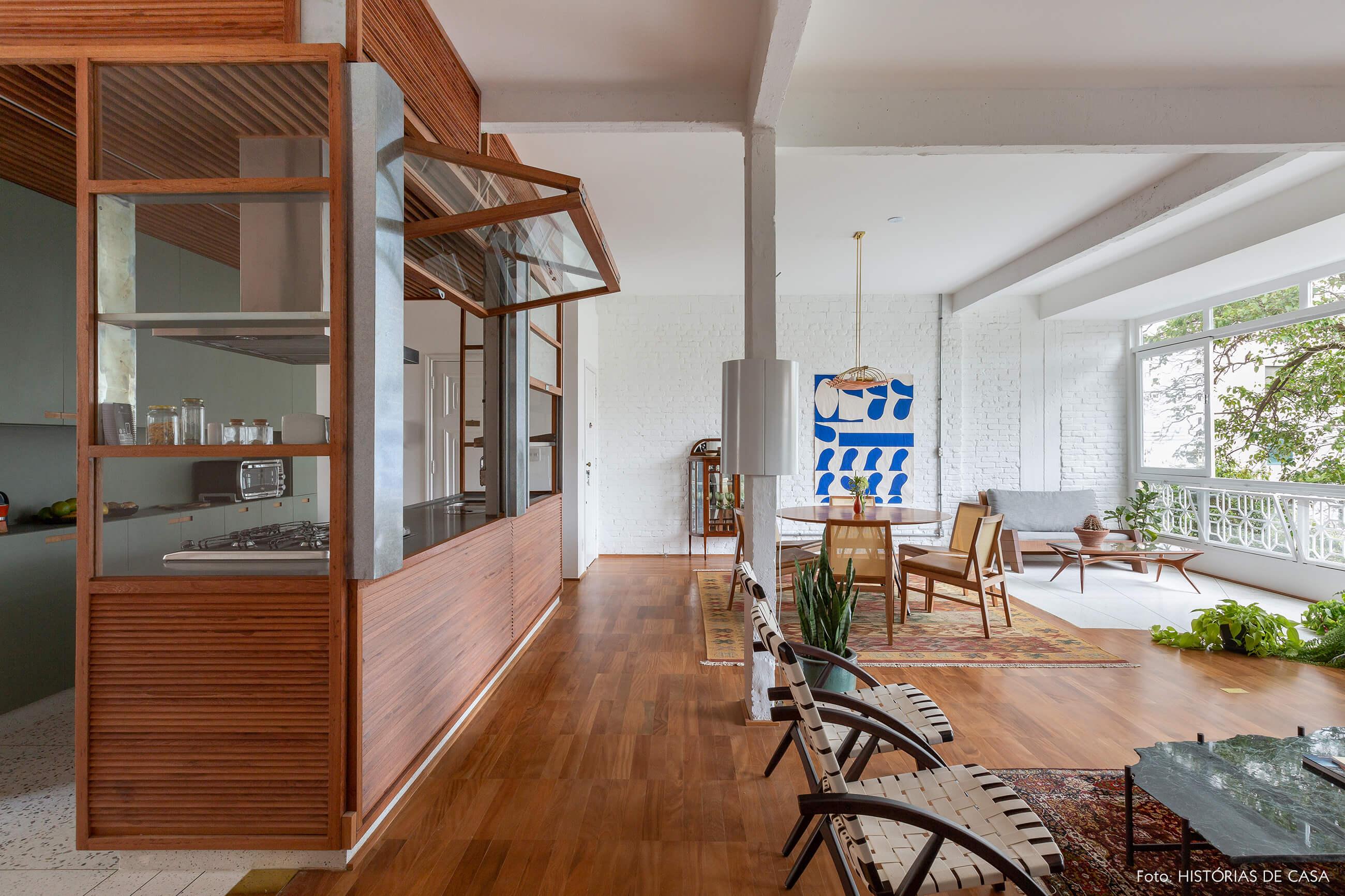 Apartamento reformado com cozinha integrada e paredes de tijolinho branco