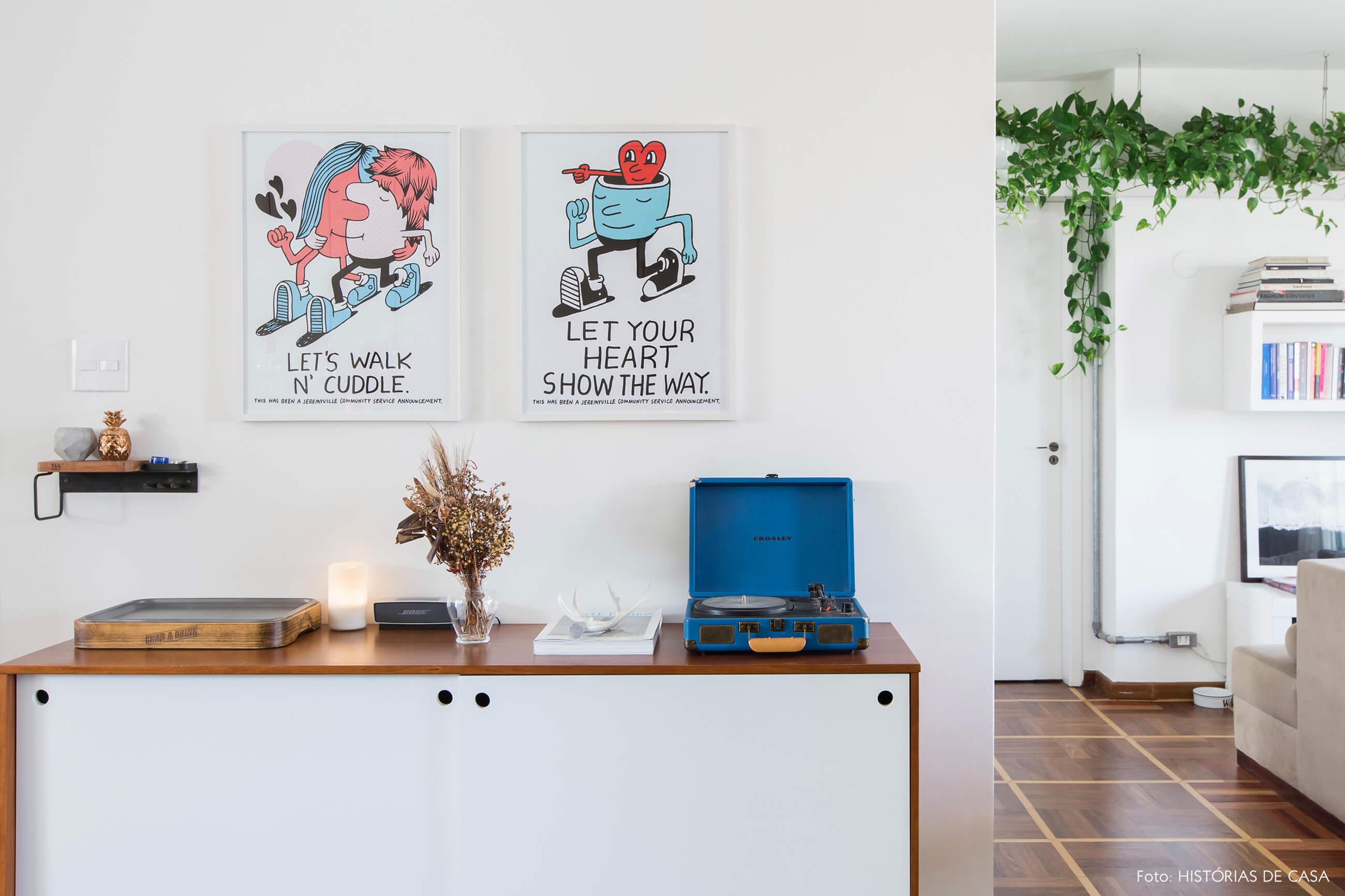 Apartamento com buffet branco e decoração industrial