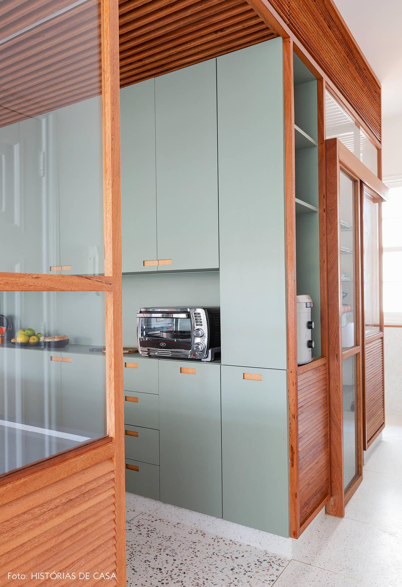 Cozinha com armários de marcenaria em tom verde claro