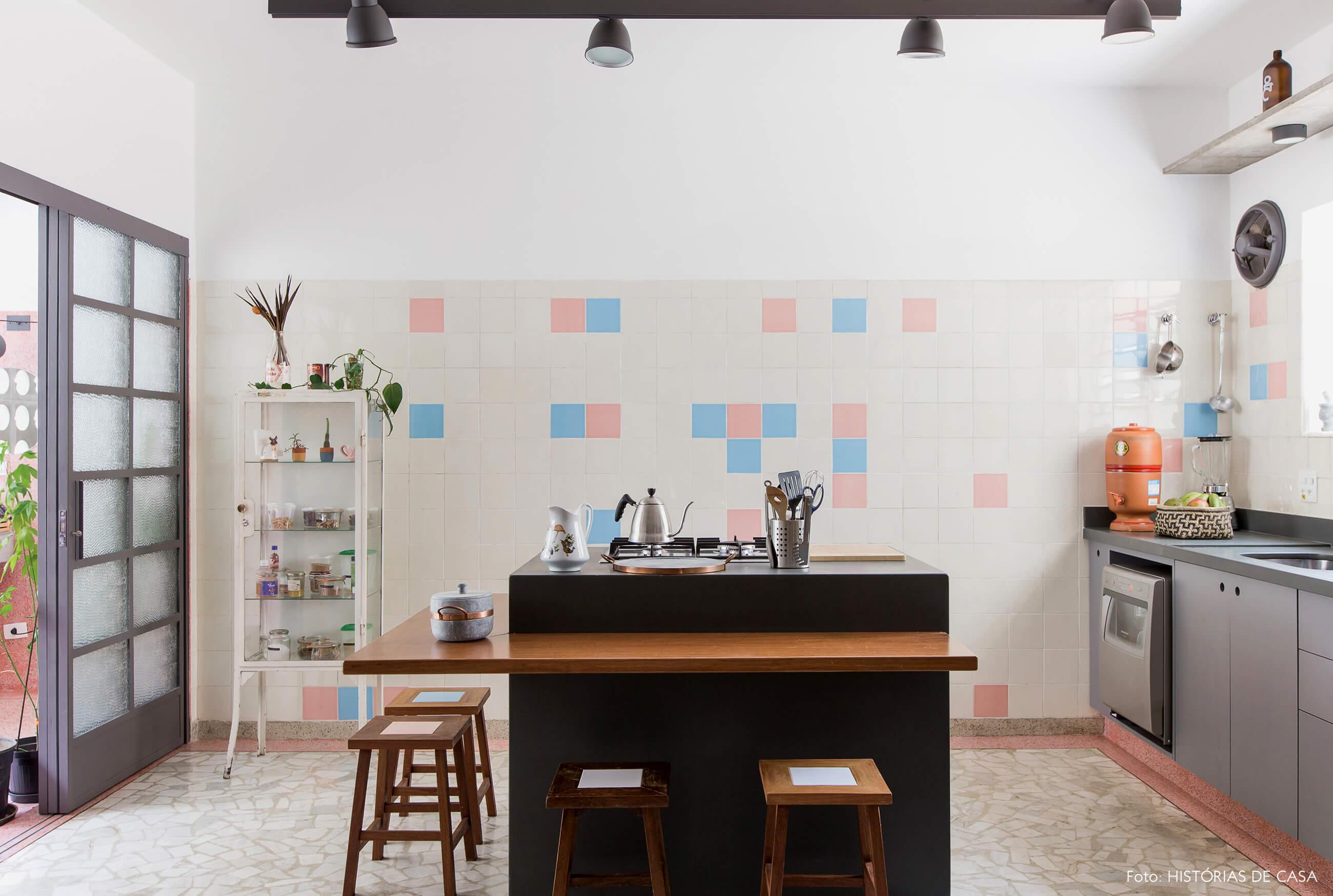 Cozinha vintage reformada com piso de granilite e azulejos antigos