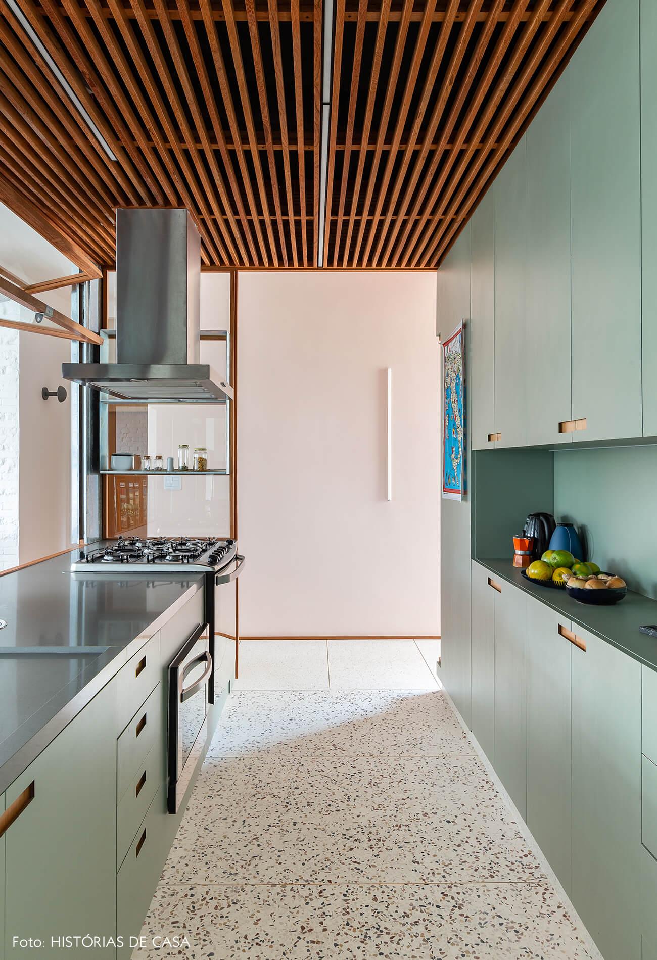 Cozinha com armários de marcenaria e forro de madeira ripada