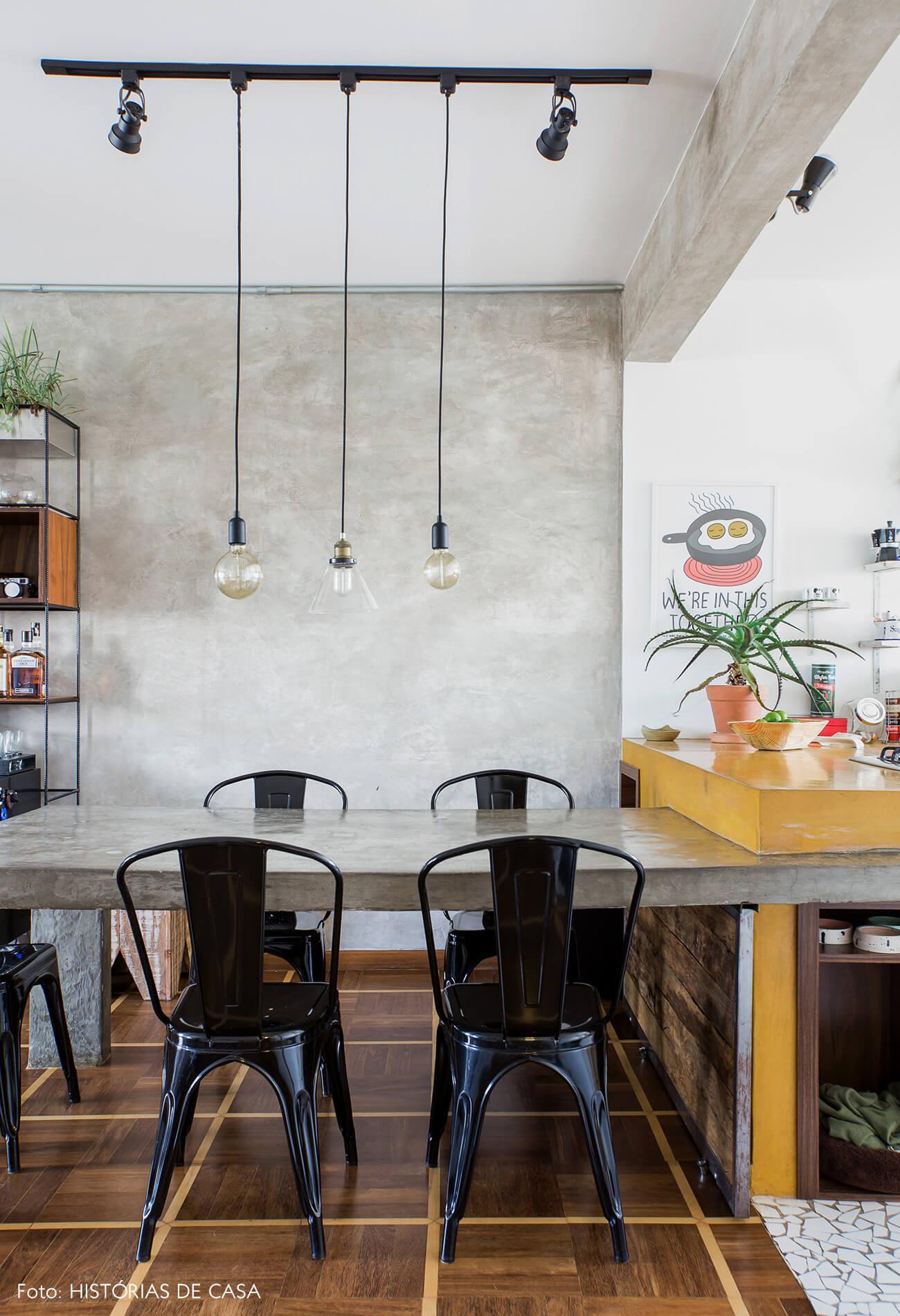 Cozinha integrada com mesa de cimento queimado