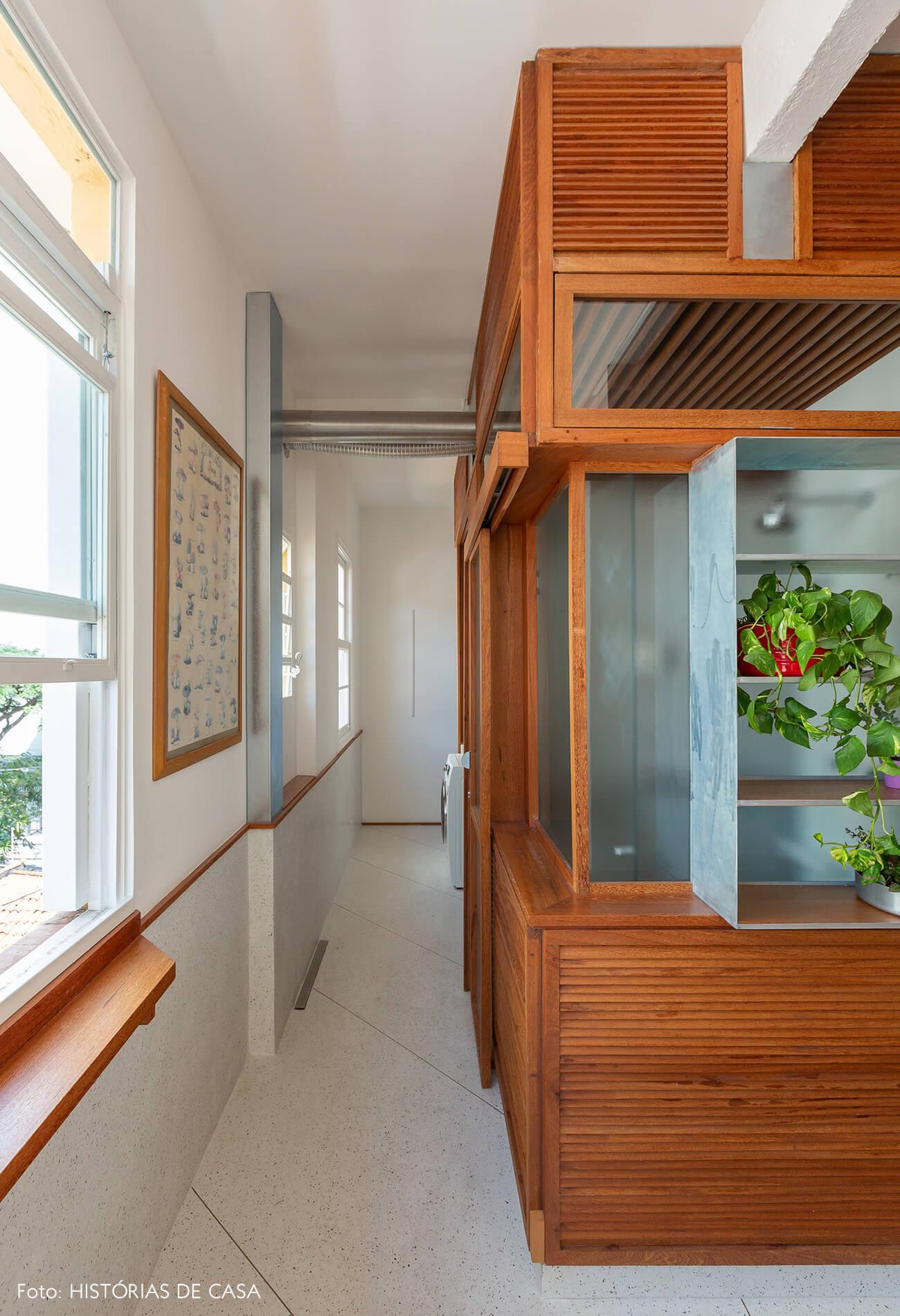 Cozinha integrada com estrutura de madeira ripada