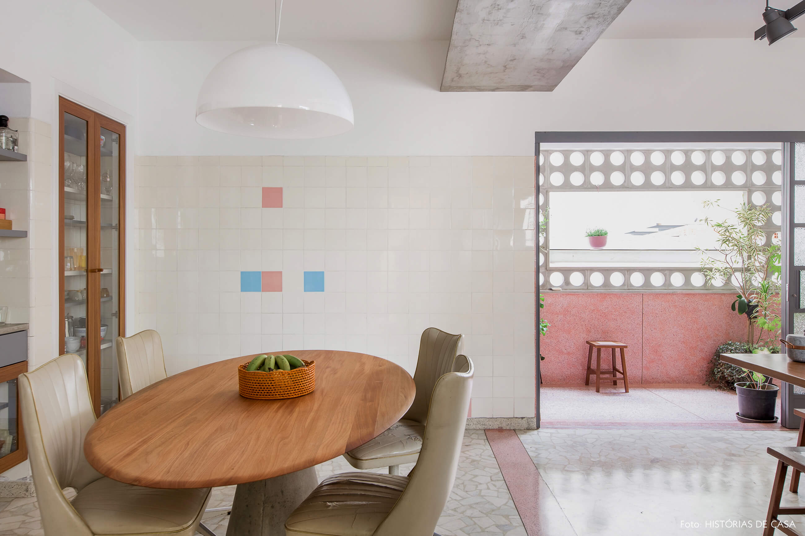 Cozinha vintage reformada com piso de granilite e mesa com tampo de madeira