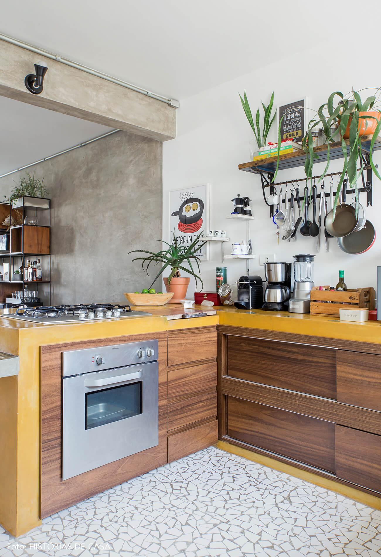 Cozinha integrada com bancada de cimento queimado amarelo