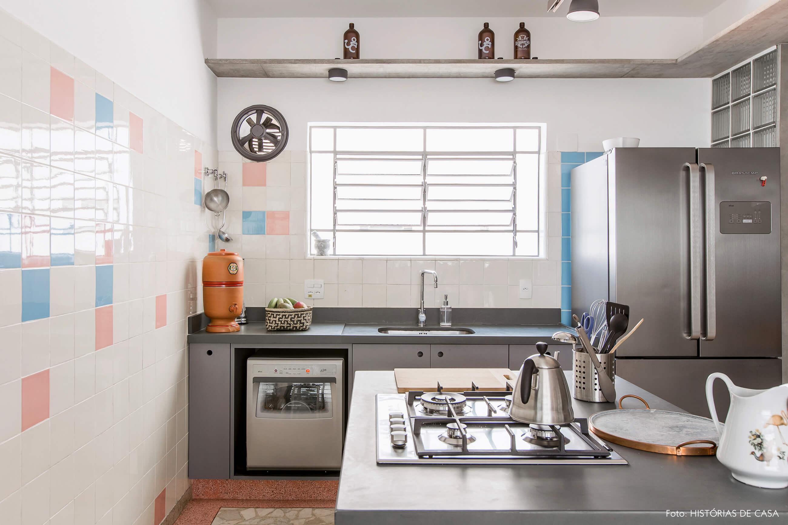 Cozinha vintage reformada com piso de granilite e prateleiras de concreto