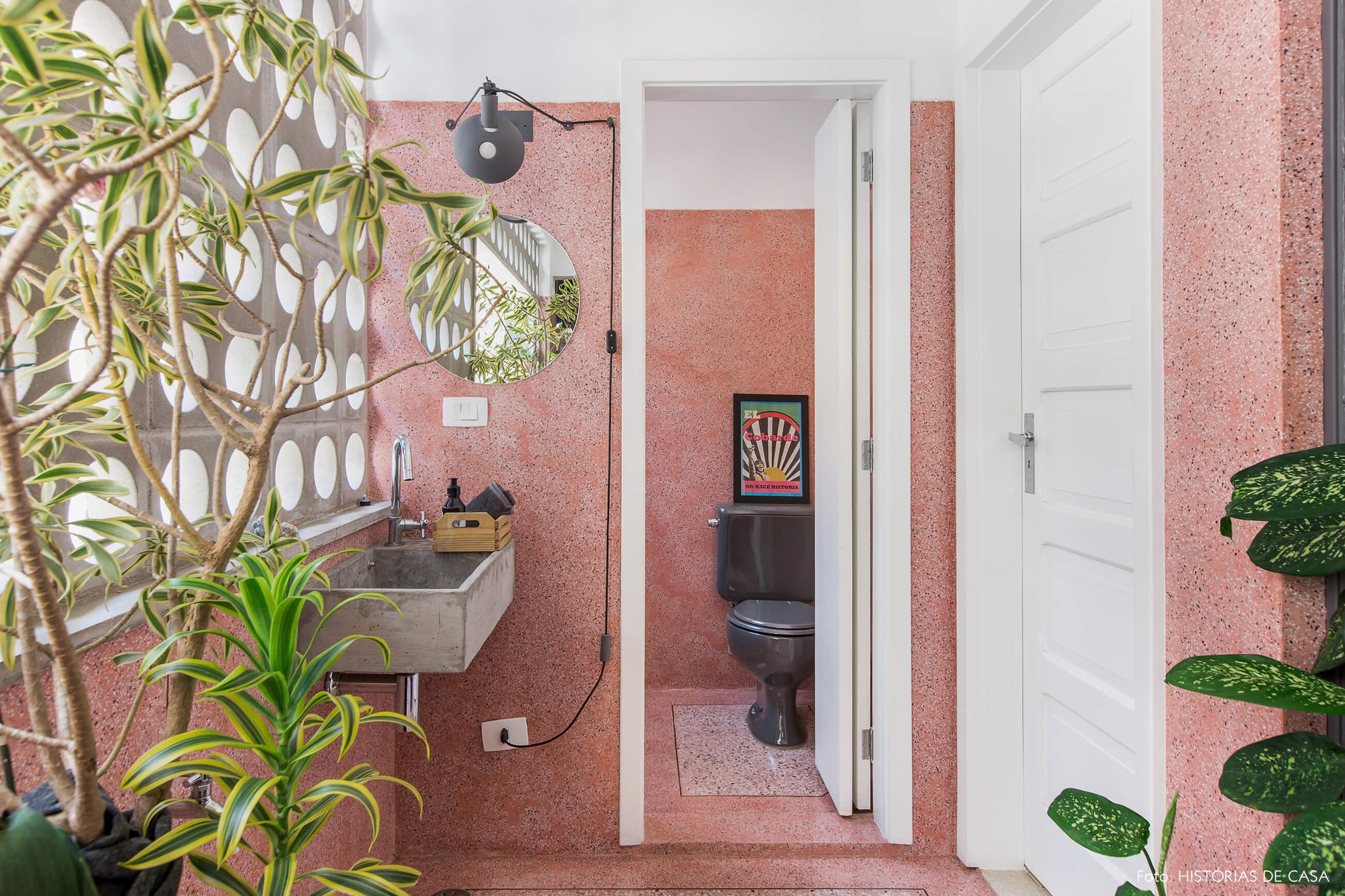 Varanda com piso e paredes de granilite rosa e muitas plantas, plants on pink