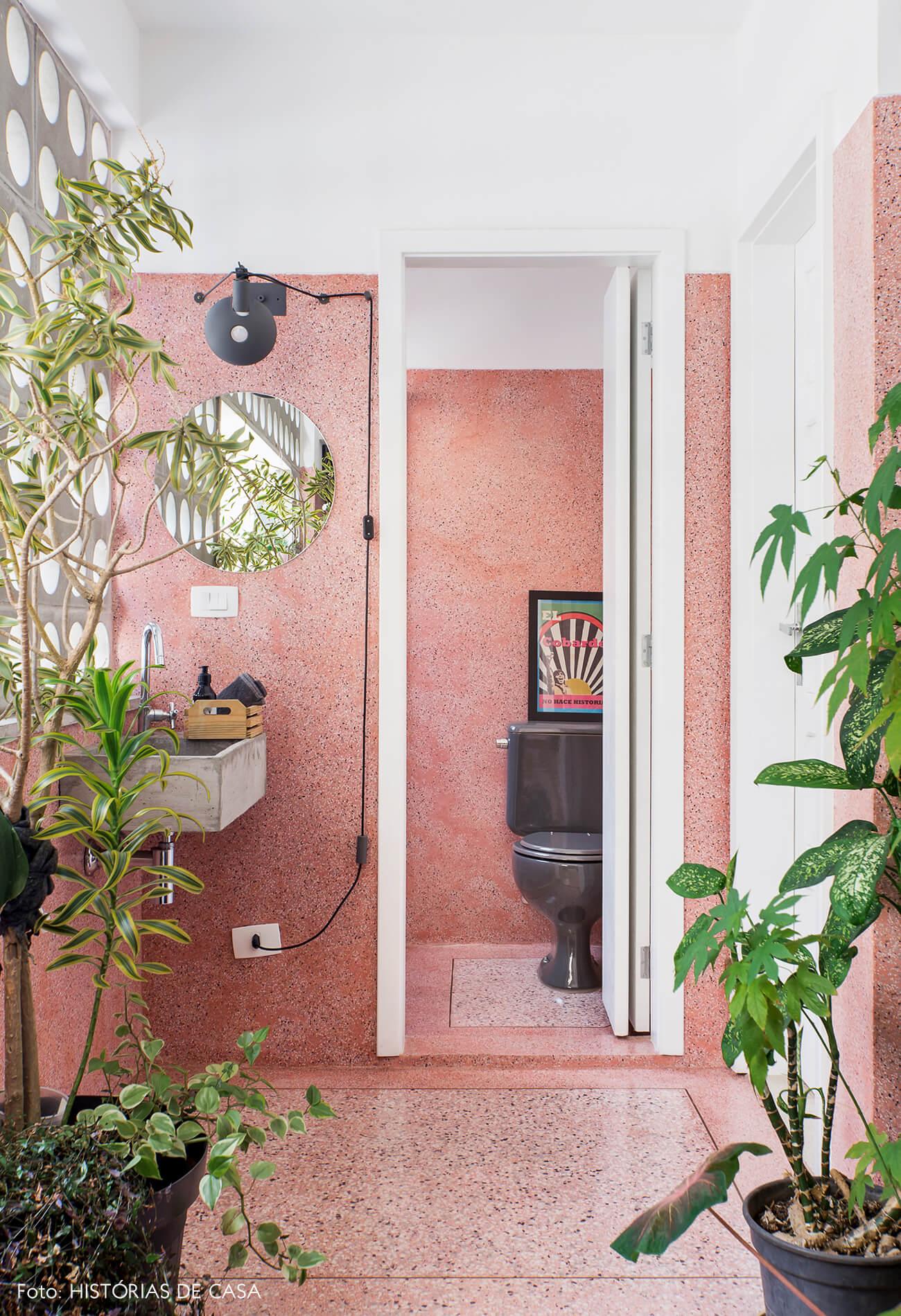 Banheiro com piso e paredes de granilite rosa e muitas plantas, plants on pink