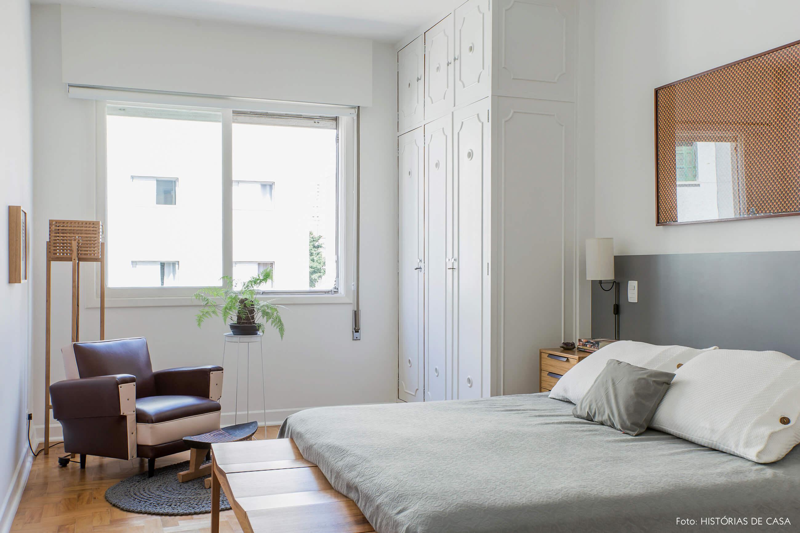 Quarto com armários antigos pintados de branco e detalhes em cinza